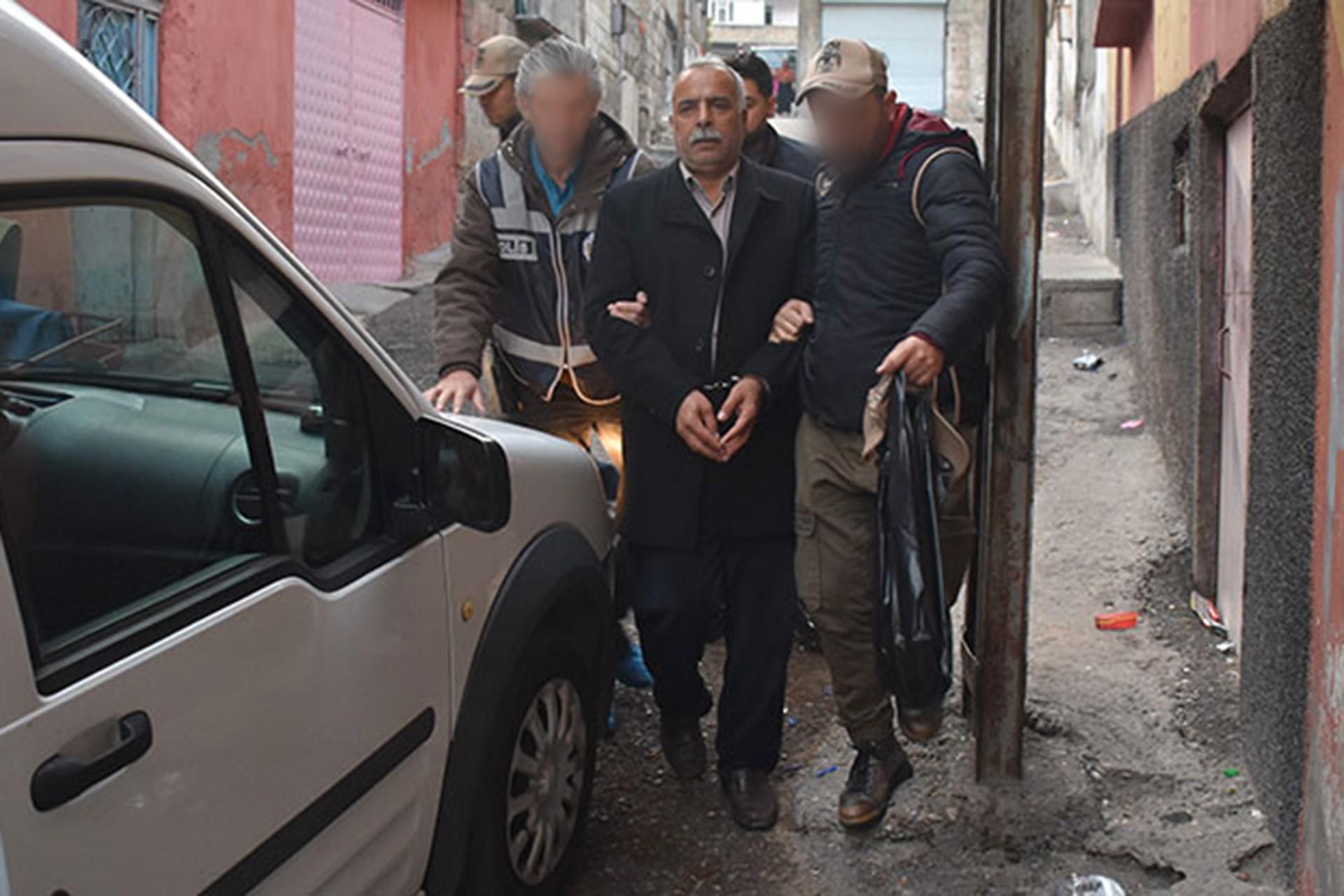 Antep'te İki polis bir kişiyi gözaltına alıyor