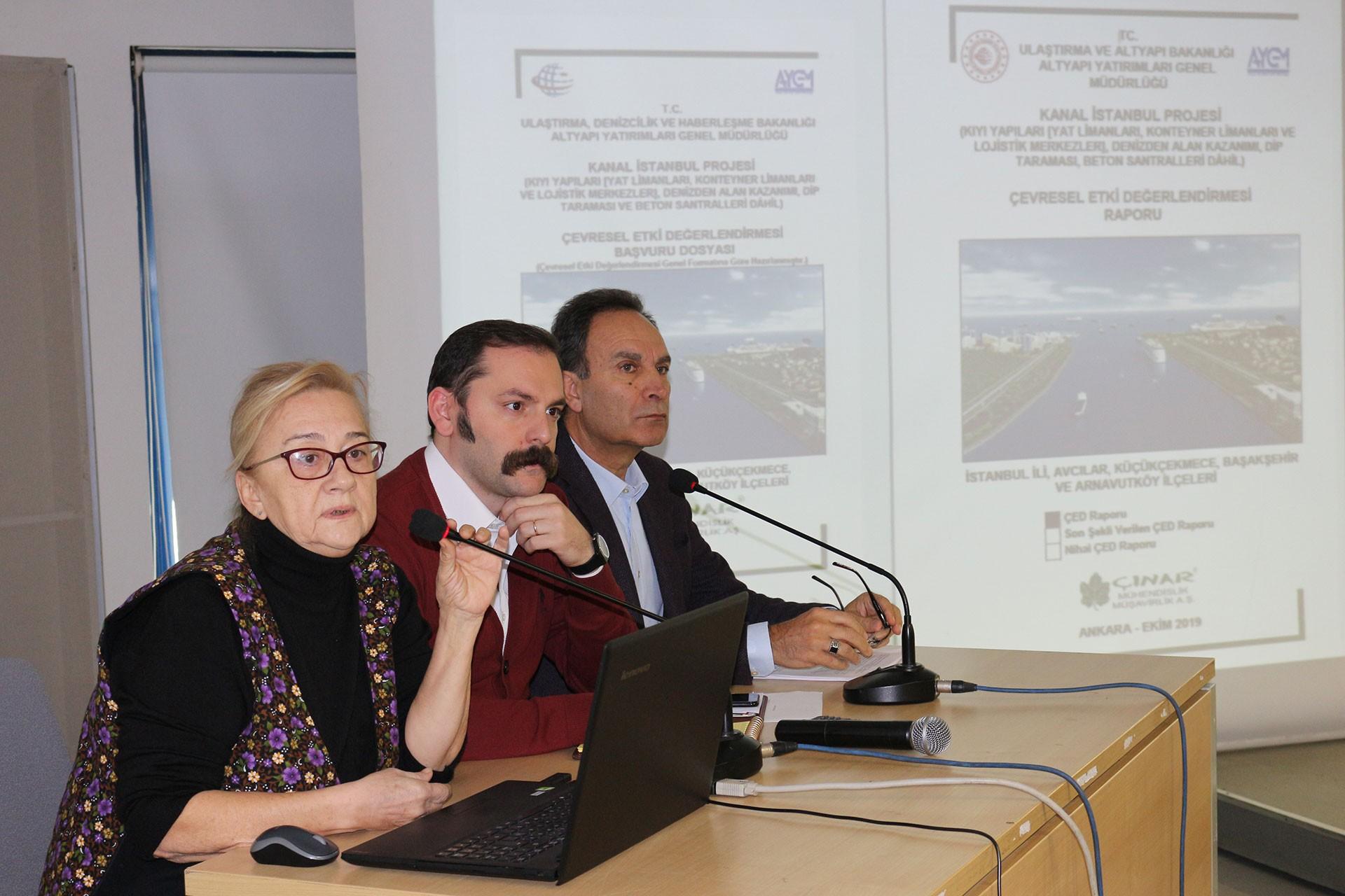 TMMOB İstanbul İl Koordinasyon Kurulu üyeleri Mücella Yapıcı, Cevahir Efe Akçelik ve Haluk Eyidoğan Kanal İstanbul'a dair proje görüntüleri önünde açıklama yapıyor.
