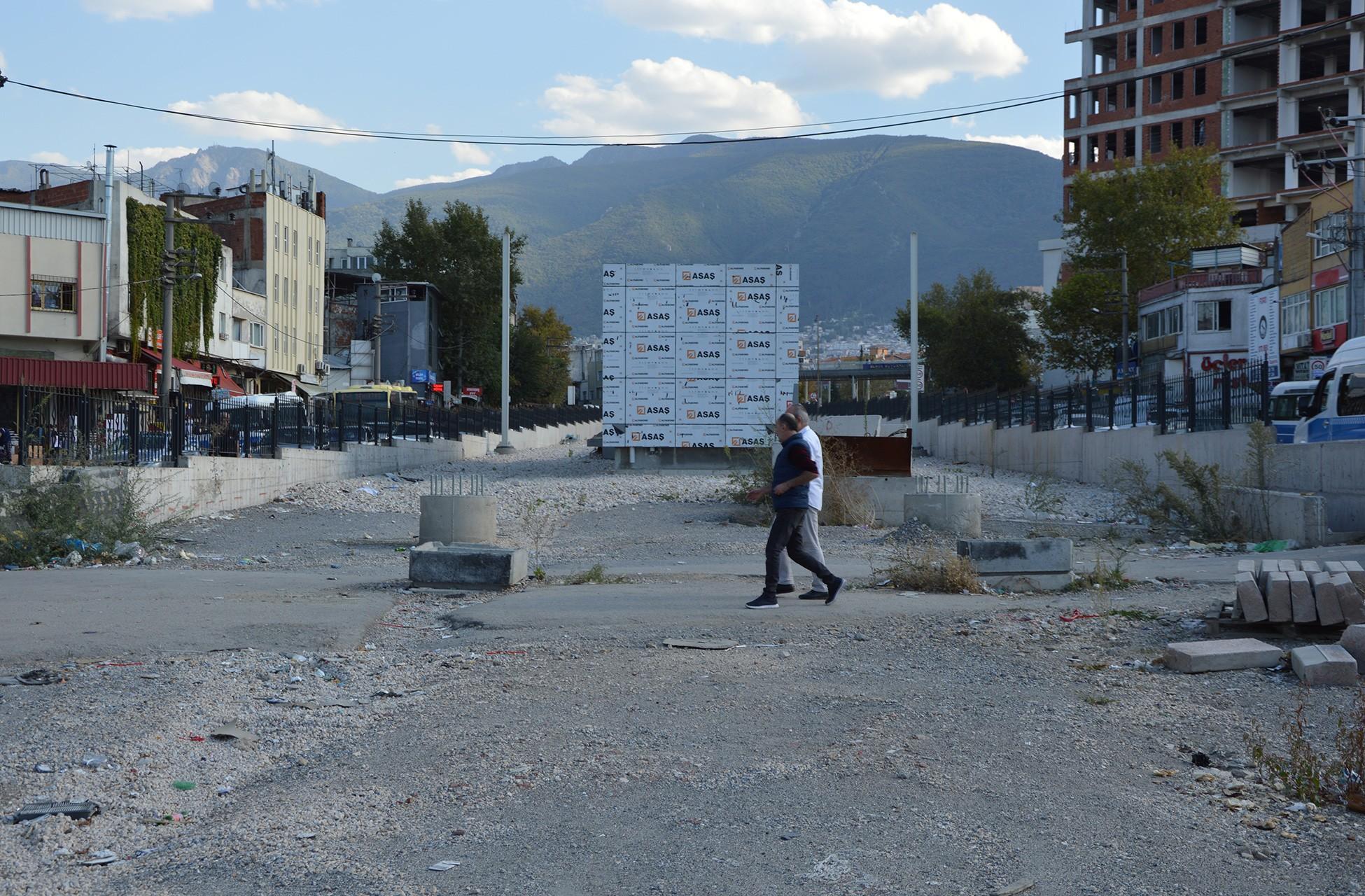 Bursa'da yapımı süren tramvay çalışması. İnşaat alanında iki kişi yürüyor.