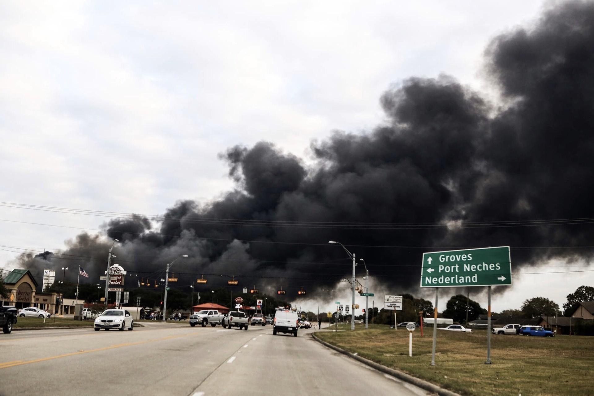 Teksas'ta TPC Group'a ait petrokimya fabrikasından dumanlar yükseliyor