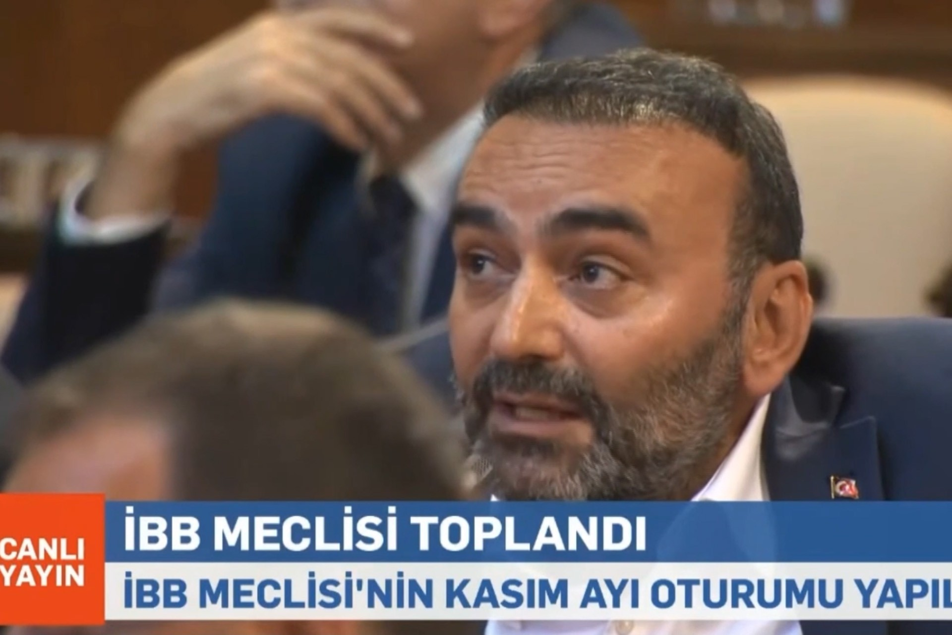 İBB Meclis toplantısında İmar ve Bayındırlık Komisyonu'nun AKP'li Başkanı Yüksel Akyol konuşuyor