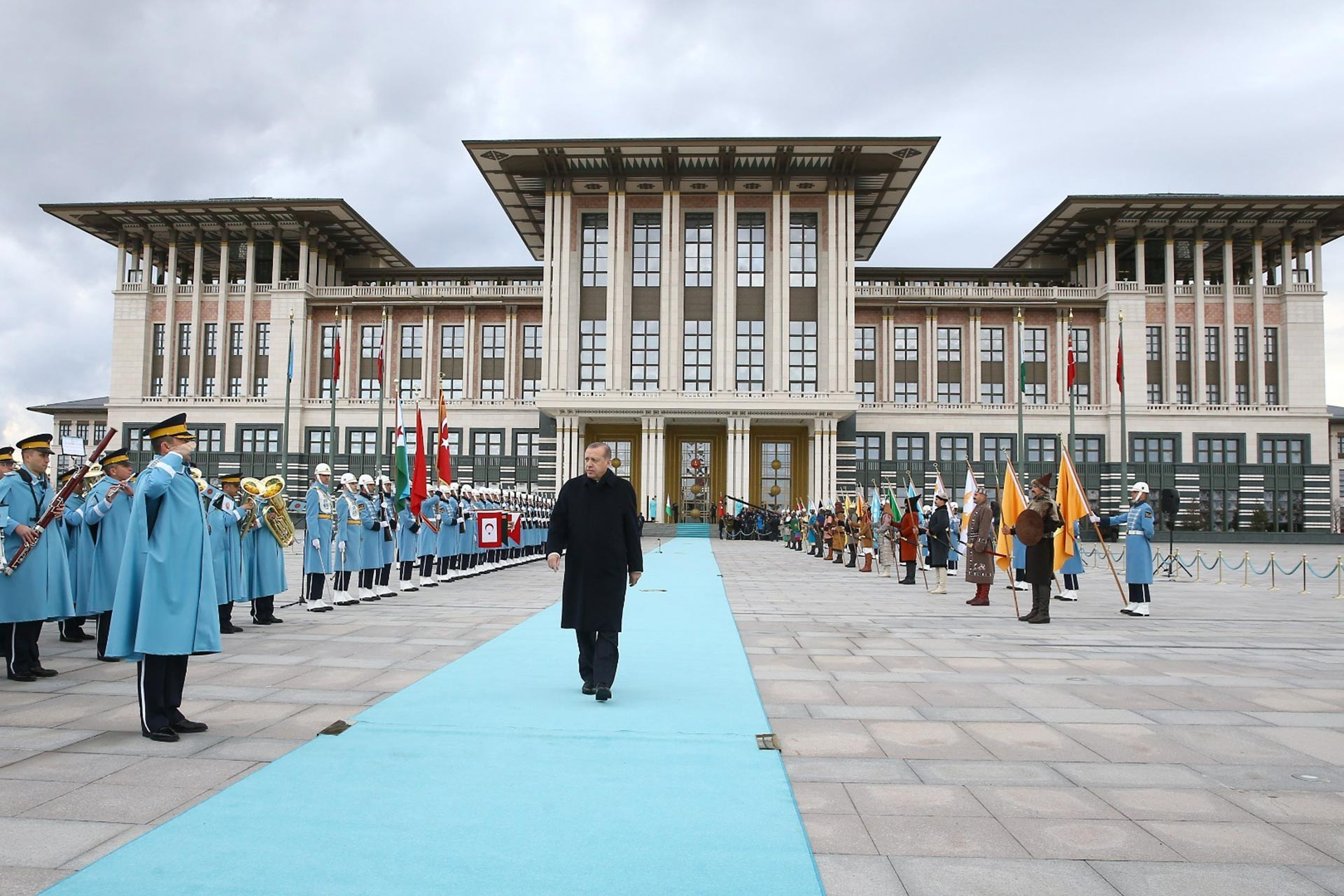 Cumhurbaşkanlığı Sarayı önünde turkuaz renkli halıda yürüyen Cumhurbaşkanı Recep Tayyip Erdoğan