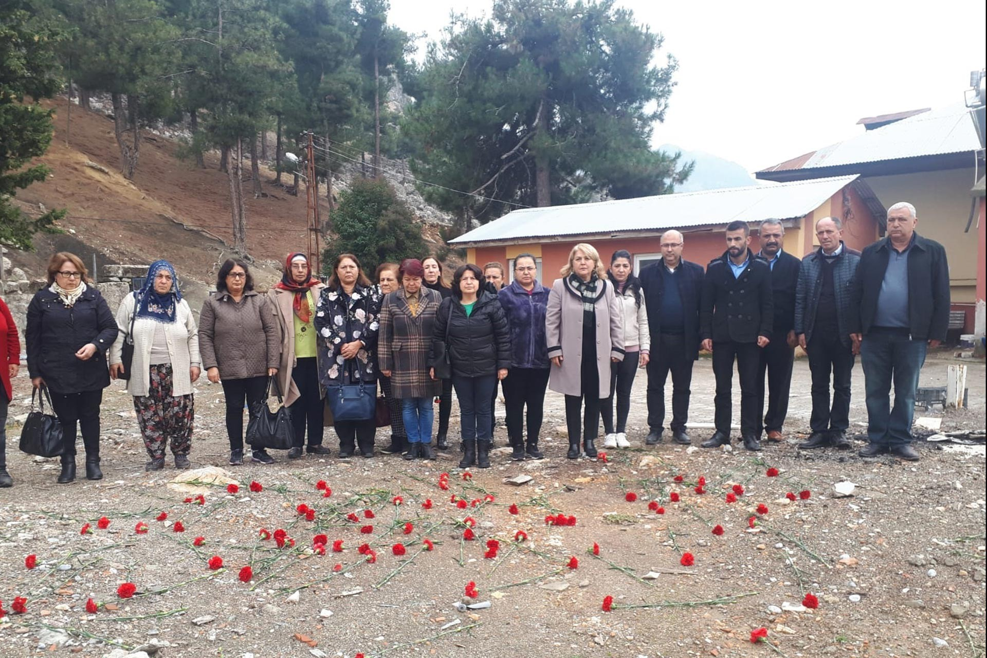Adana Aladağ'da yurt yangınında ölen 11 çocuk için 3'üncü ölüm yıl dönümlerinde düzenlenen anma etkinlğinden bir fotoğraf