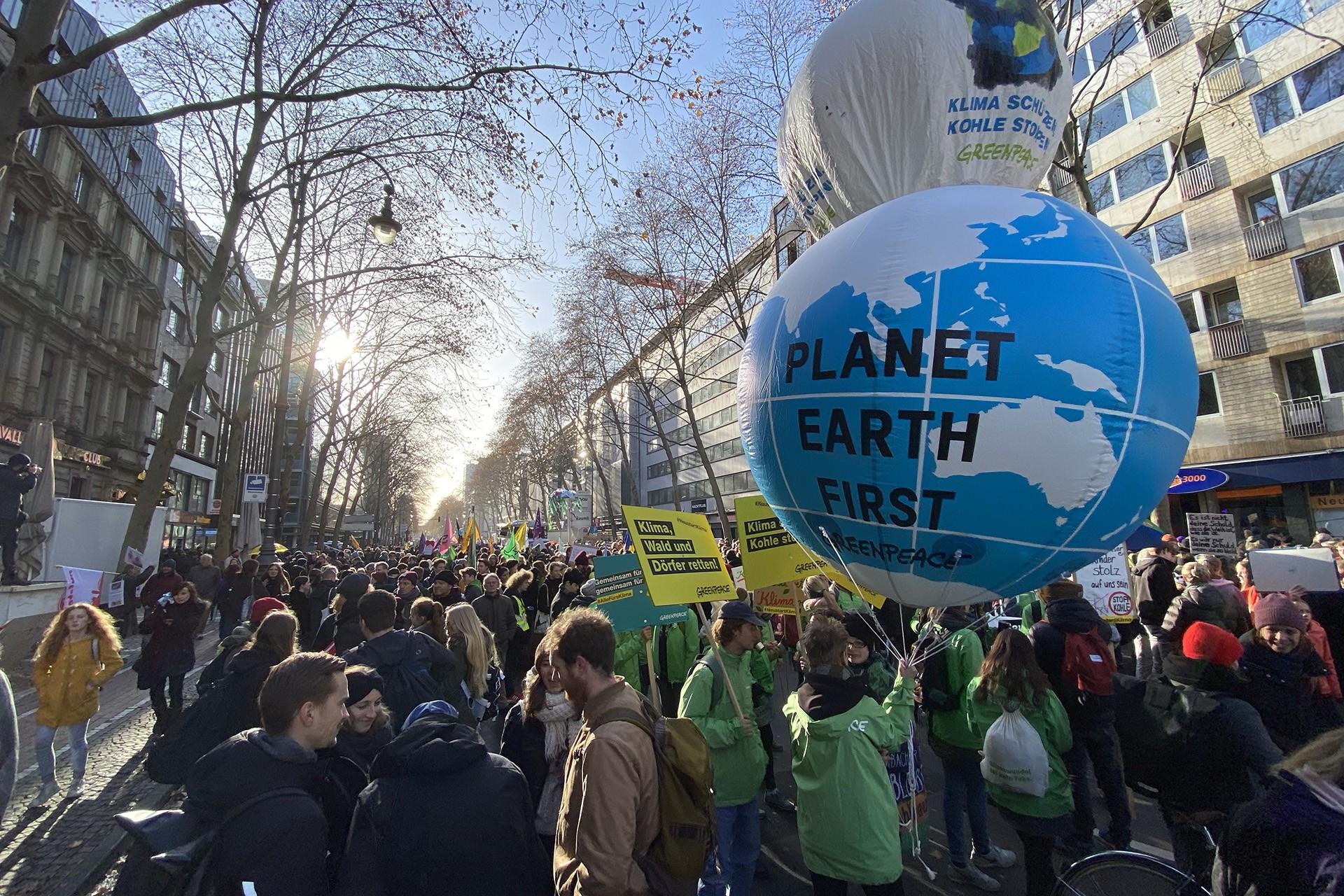 Almanya'da öğrenciler iklim değişikliğine dikkat çekmek için yürüyor