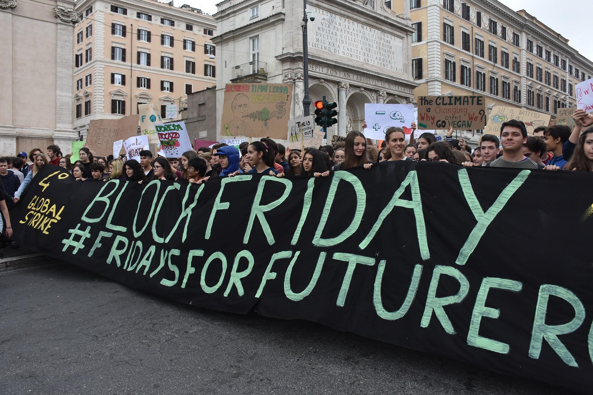 İtalya'da öğrenciler iklim değişikliğine dikkat çekmek için yürüyor