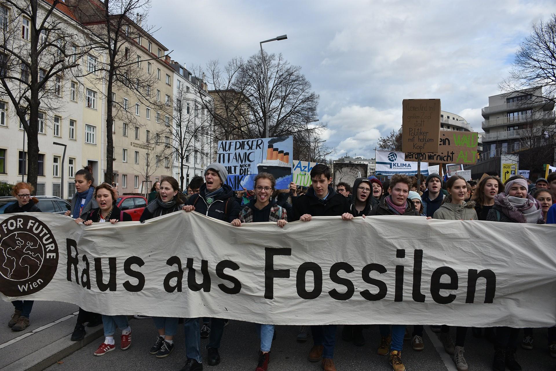 Avusturya'da öğrenciler iklim değişikliğine dikkat çekmek için yürüyor