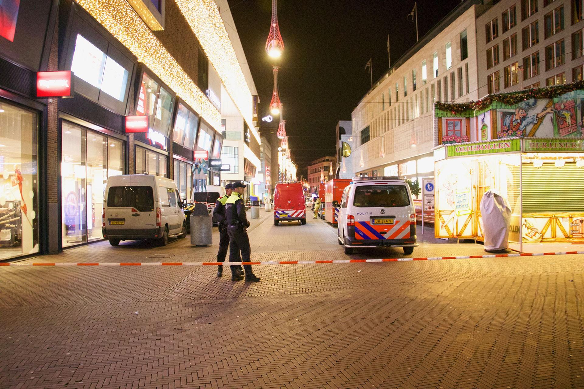 Lahey'deki saldırının gerçekleştiği belirtilen mağazanın etrafı polis tarafından kapatıldı.