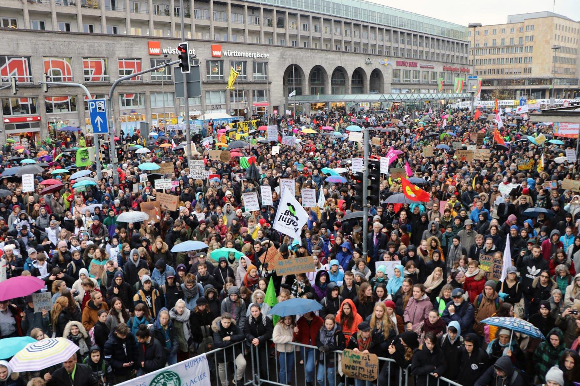 İlkim değişikliğini protesto etmek için Stuttgart'ta toplanan gençler