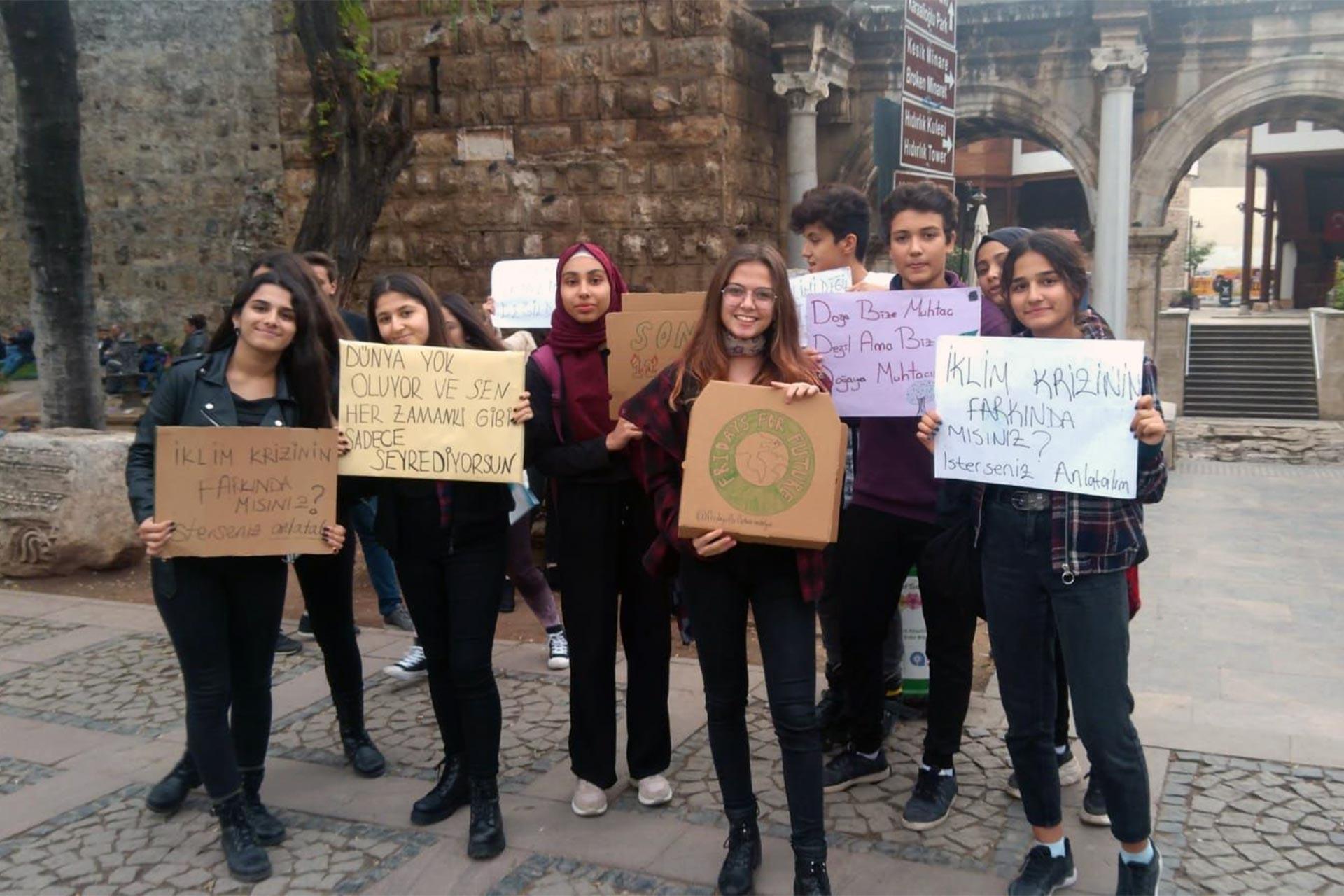 Antalya'da iklim değişikliğine dikkat çekmek için eylem yapan gençler