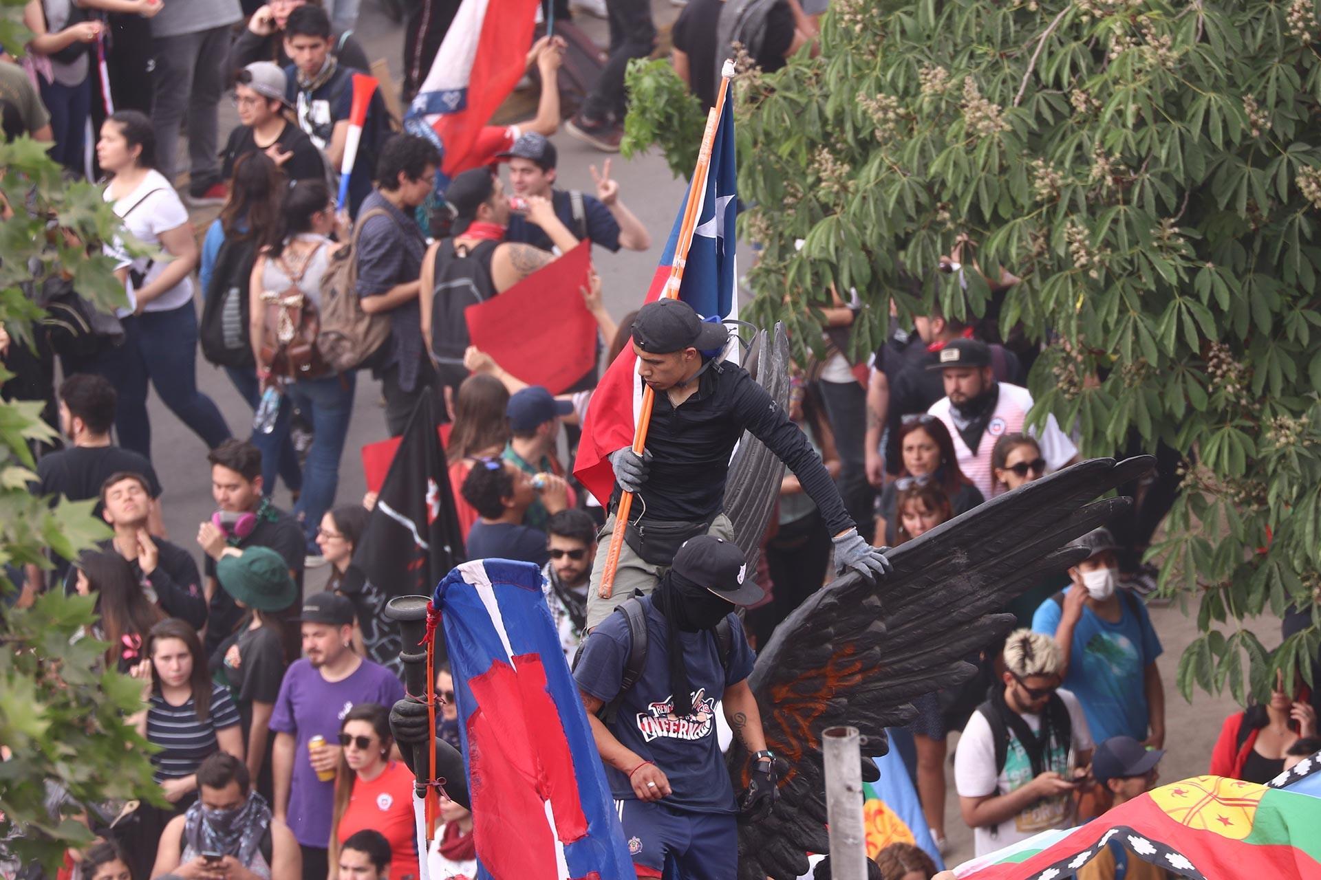 Şili'de metro ücretine yapılan zamma karşı başlayan eylemler,