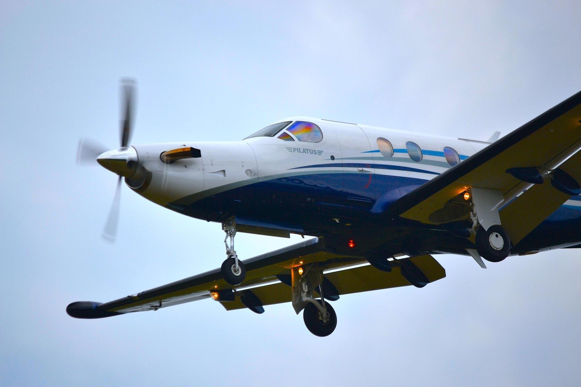 Pilatus PC-12 model bir uçak havada iken