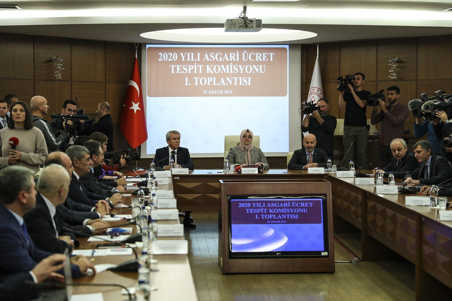 2020 Asgari Ücret Tespit Komisyonu bileşenleri toplantı masasında.