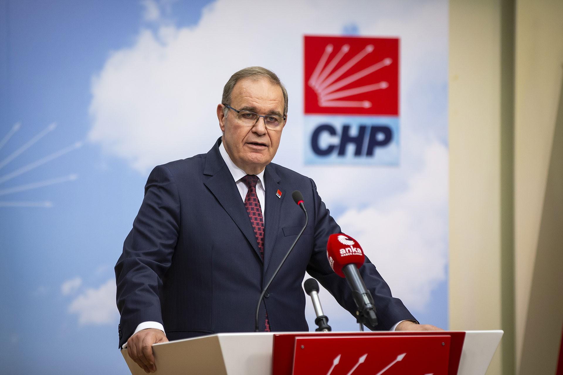 CHP Sözcüsü Faik Öztrak, CHP logosunun yer aldığı kürsüde konuşma yapıyor.