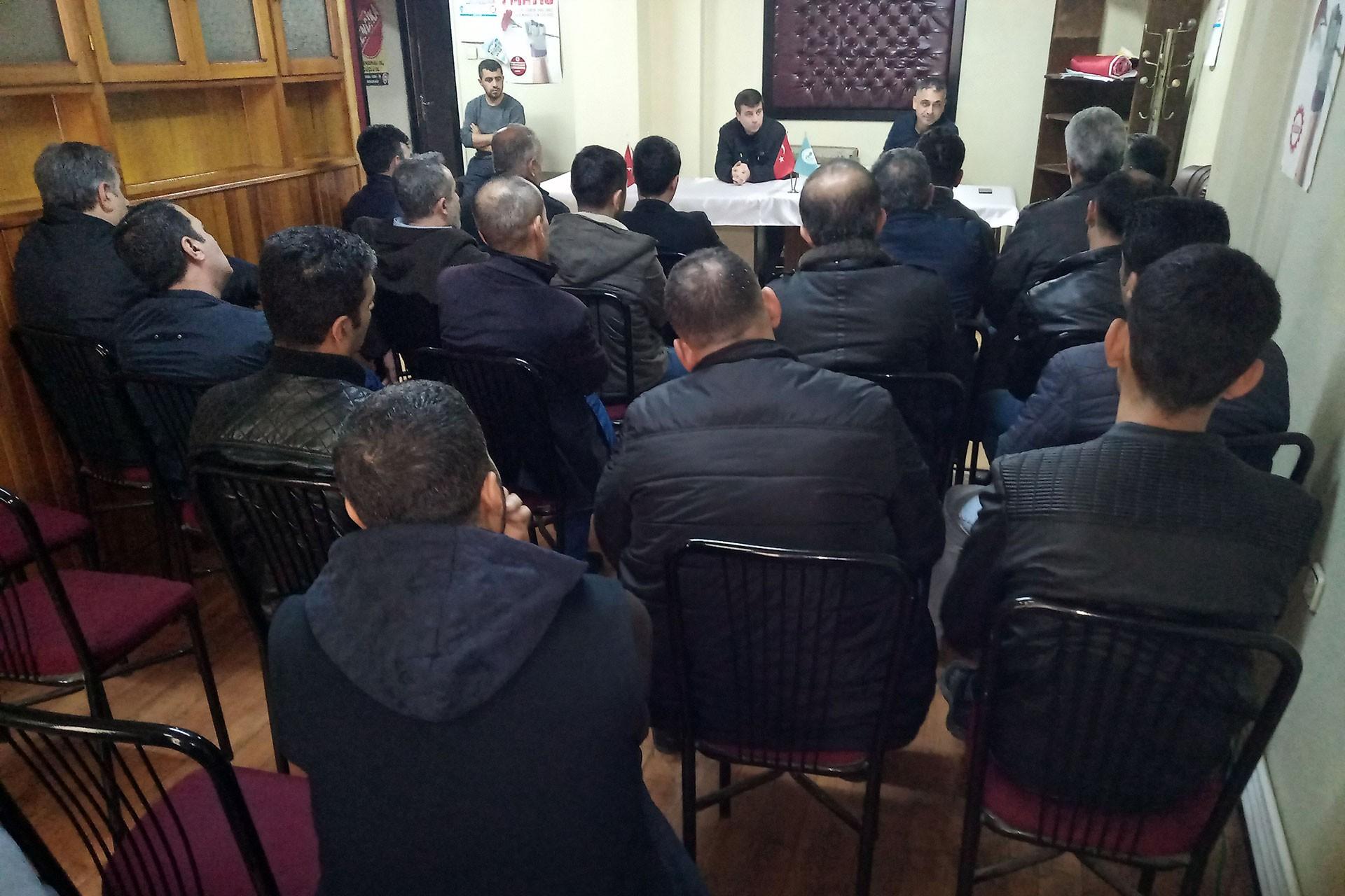 DİSK Tekstil Antep Temsilciliğinde toplanan işçiler tartışıyor.