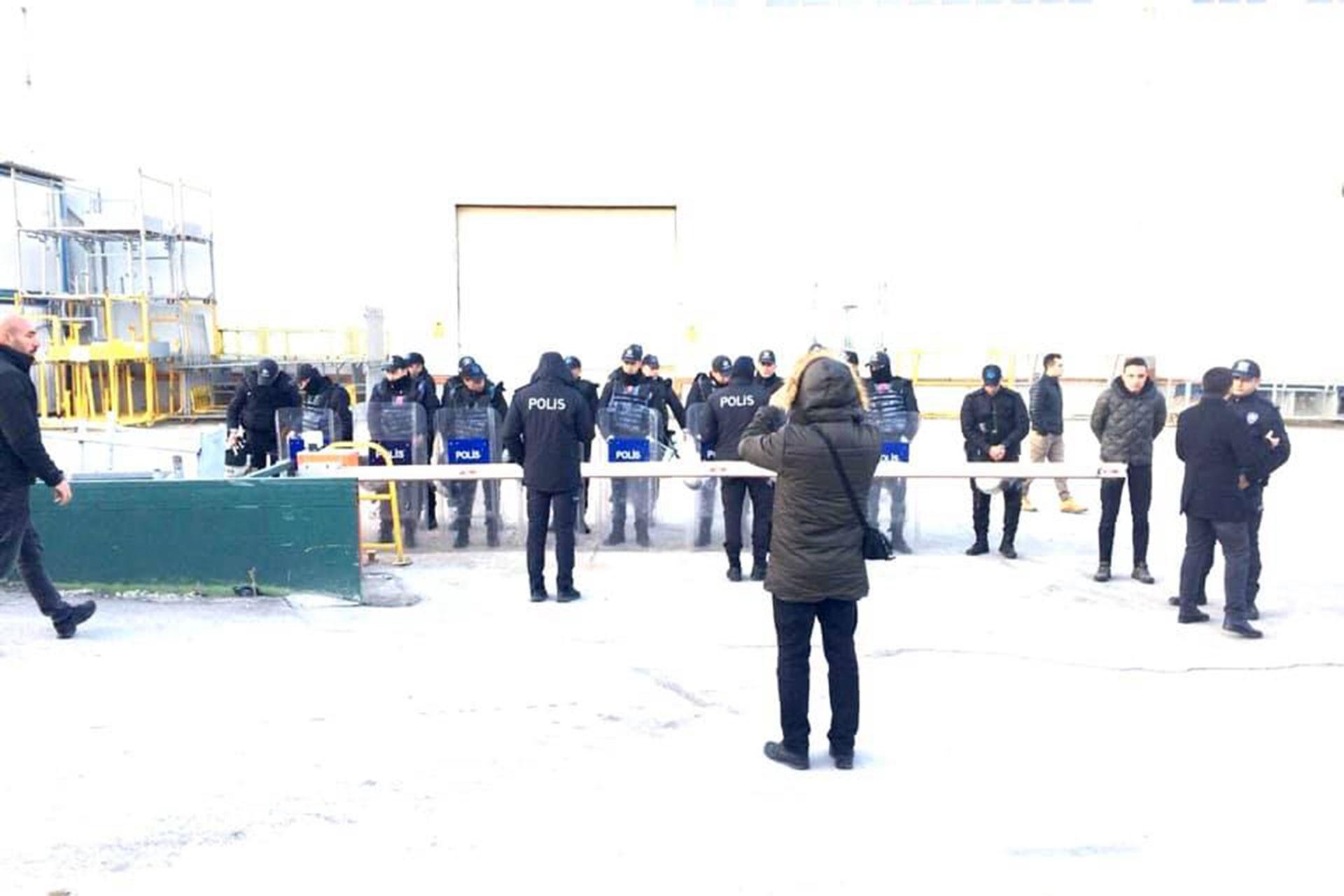 Bozankaya işçilerinin fabrika önünde direnmesine engel olan polisler