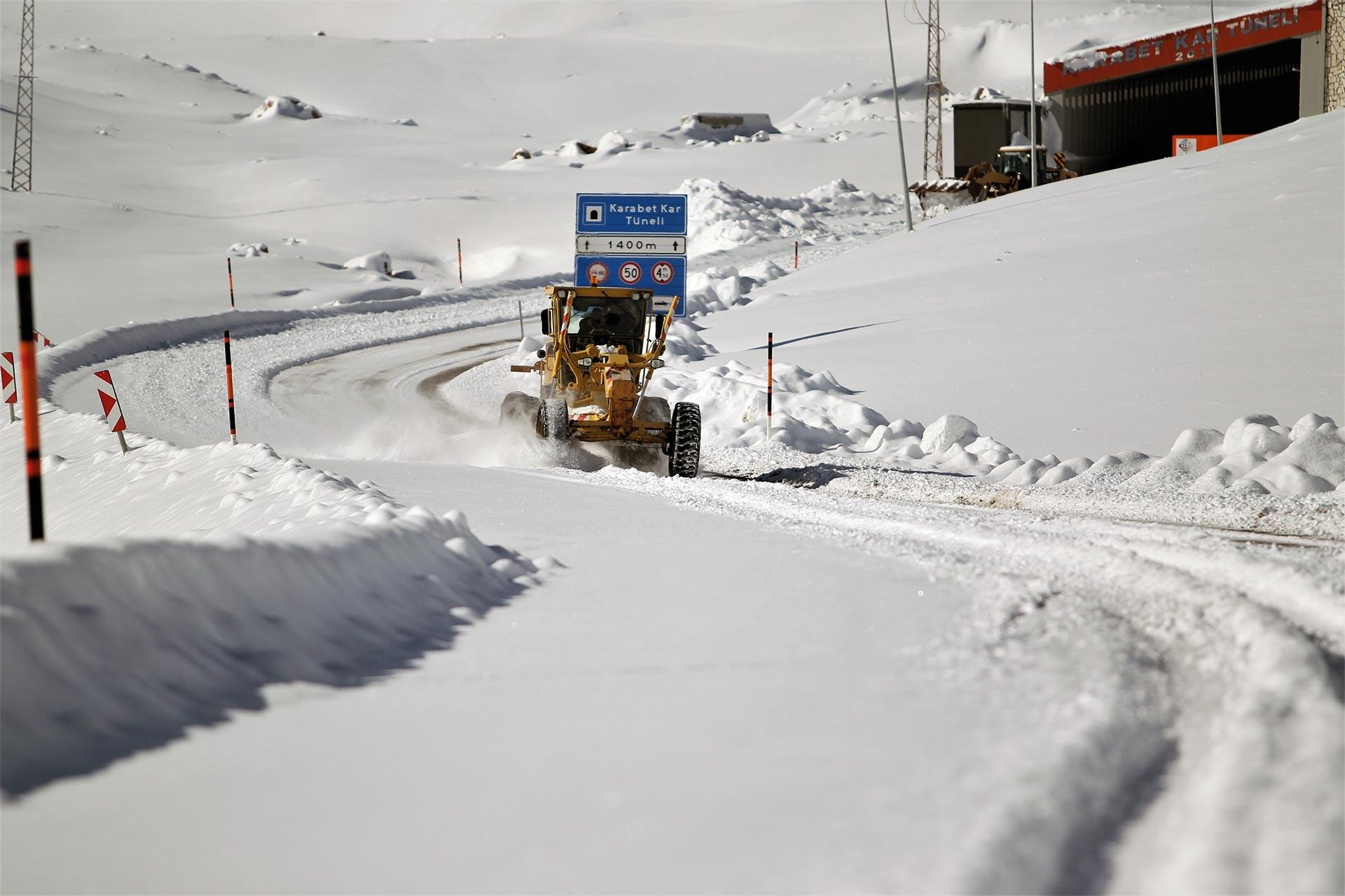 kar nedeniyle kapanan yolda temizlik çalışması yapan greyder