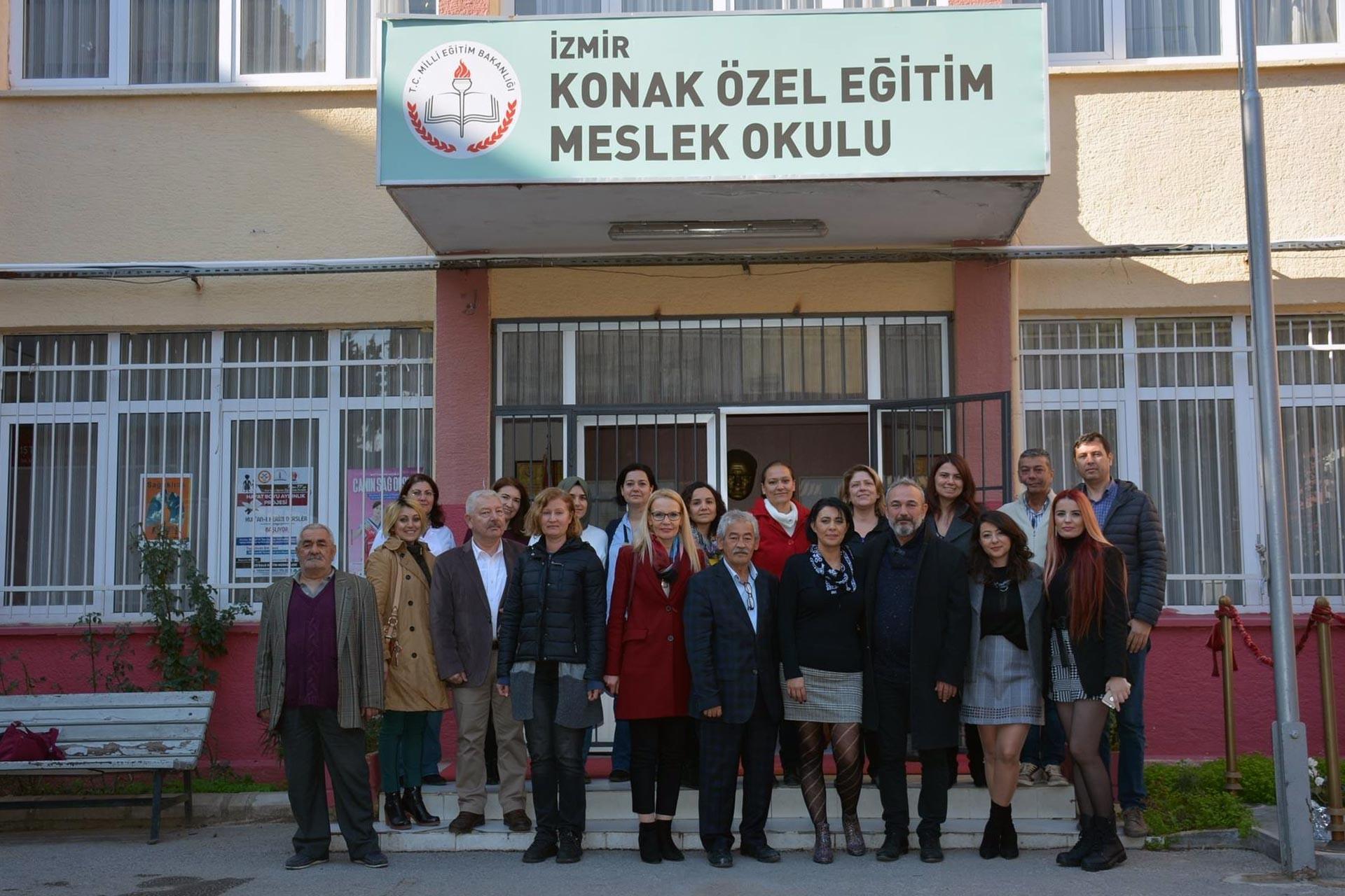 İzmir Barosu yöneticileri, Konak Özel Eğitim Meslek Okulu binası önünde poz veriyor