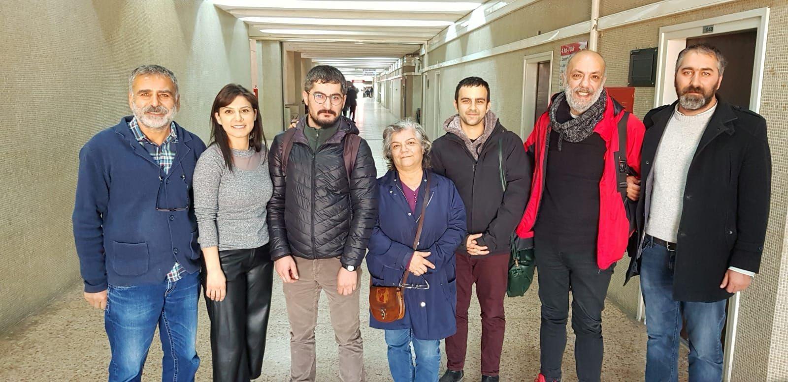 Aralarında Sibel Hürtaş ve Hayri Demir'in de olduğu gazeteciler adliye koridorlarında
