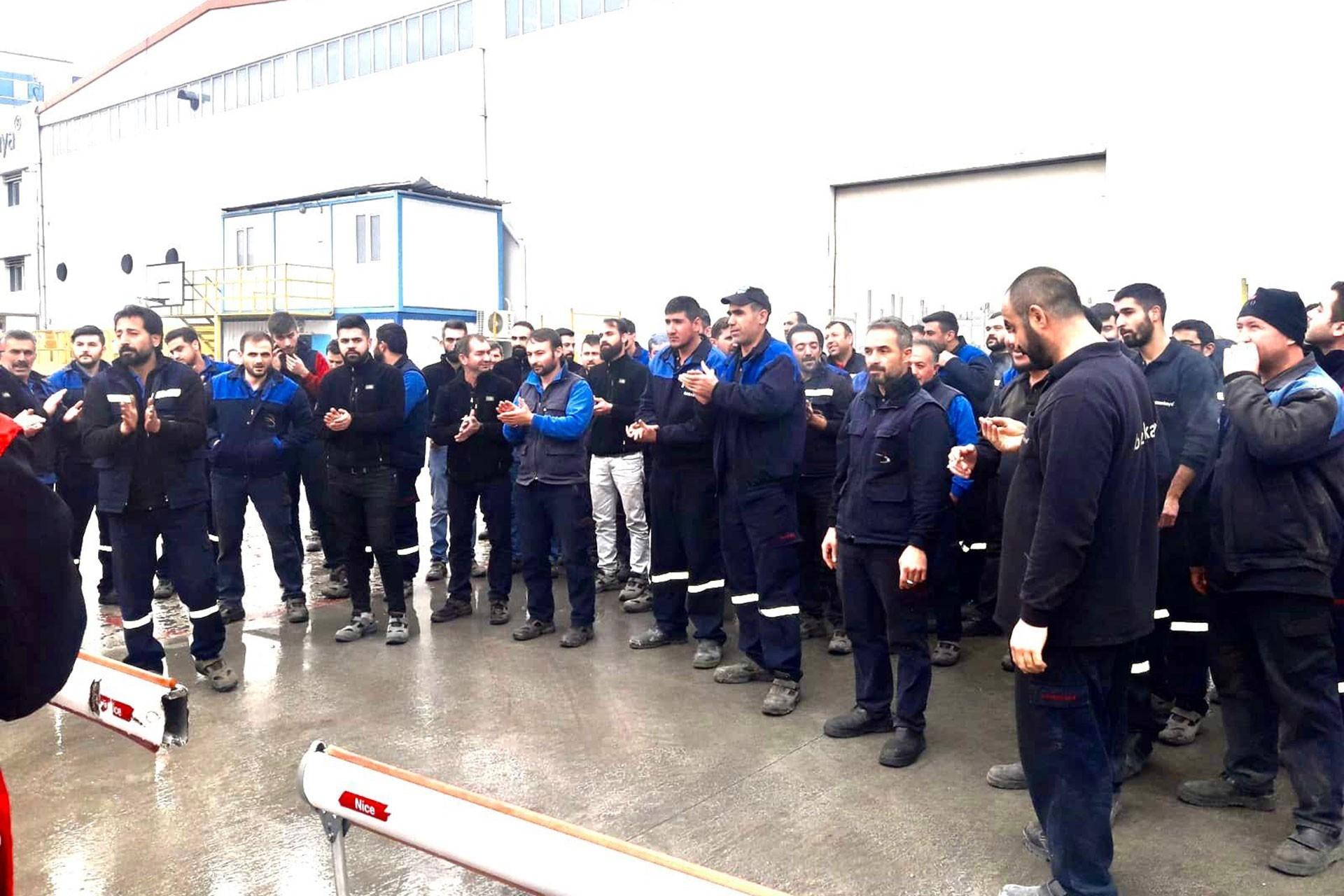 Birleşik Metal-İş üyesi Bozankaya işçileri kalabalık biçimde fabrika önünde işten atmaları protesto ediyor.