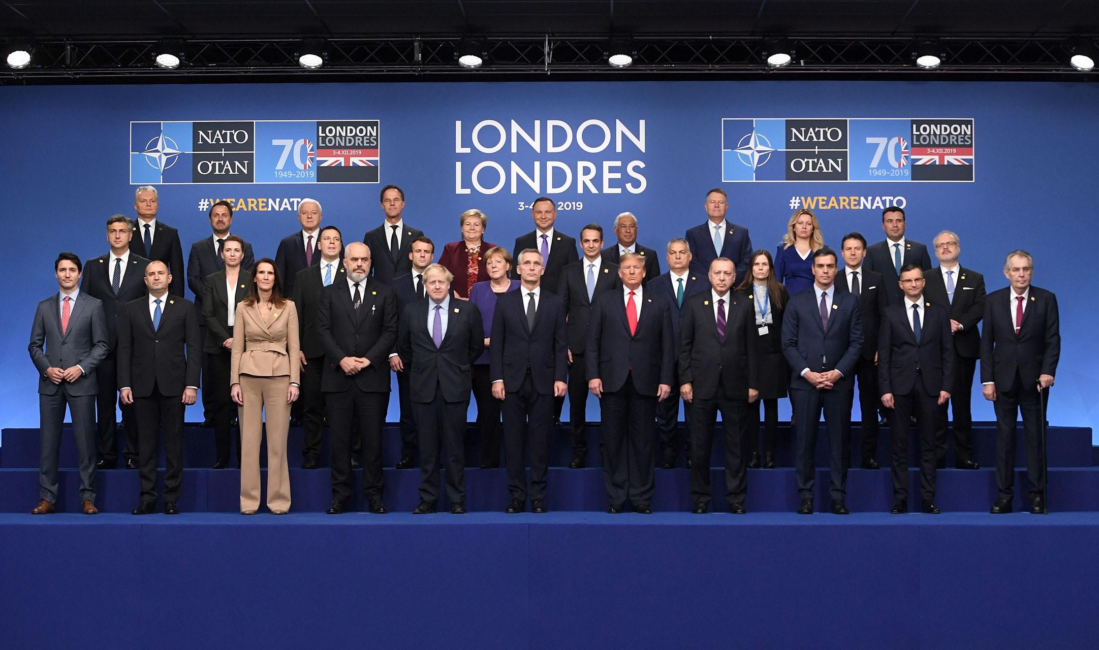 NATO üyesi ülkelerin liderleri zirve öncesi aile fotoğrafı için dizildi.