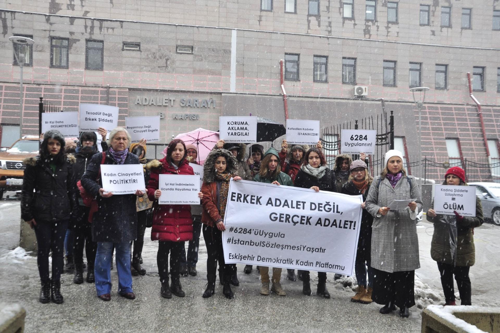Eskişehir'de Adliye Sarayı önünde kadınlar, Ayşe Tuba Arslan için eylem yaptı