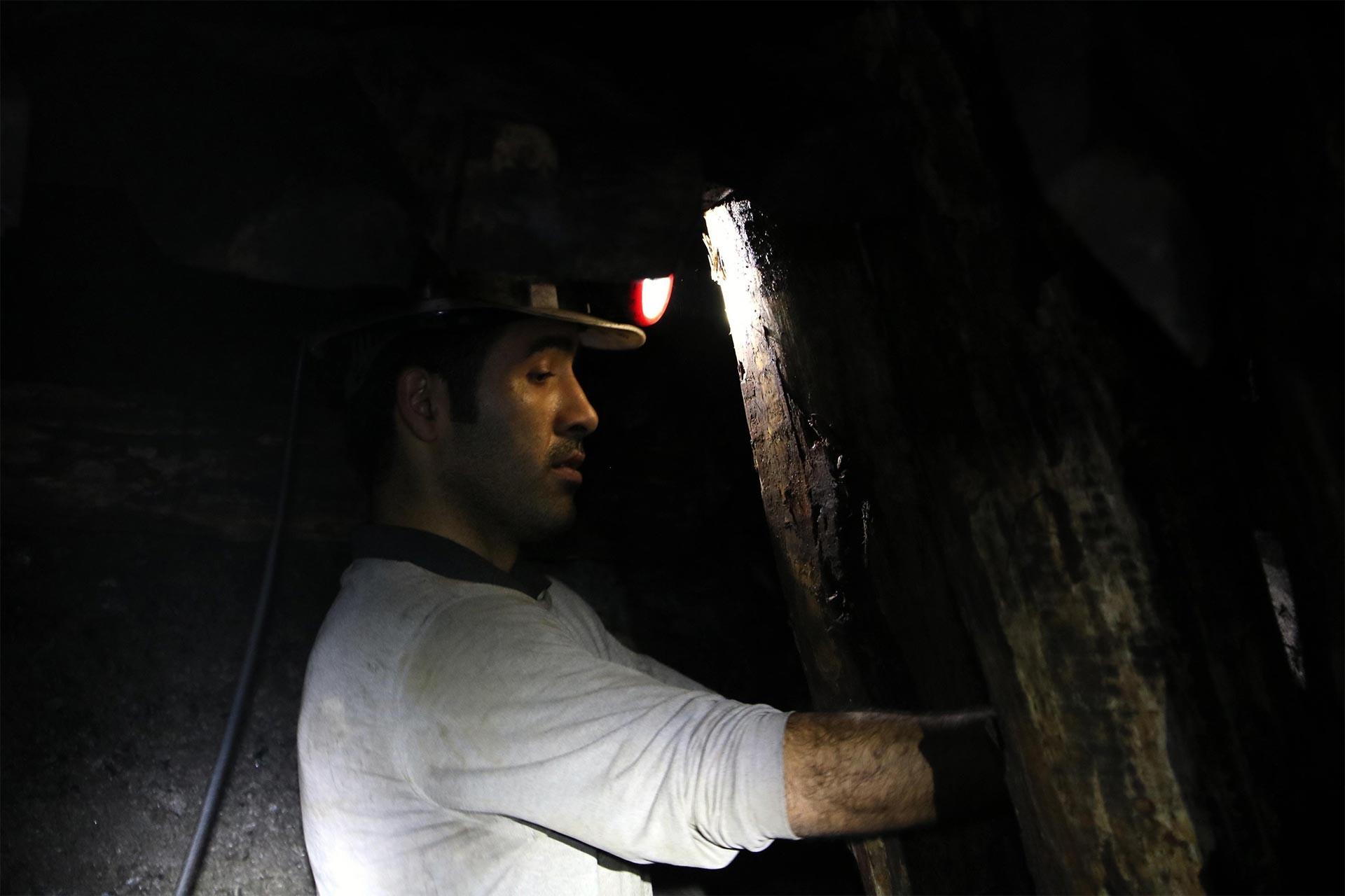 Yer altında kömür söken maden işçisi