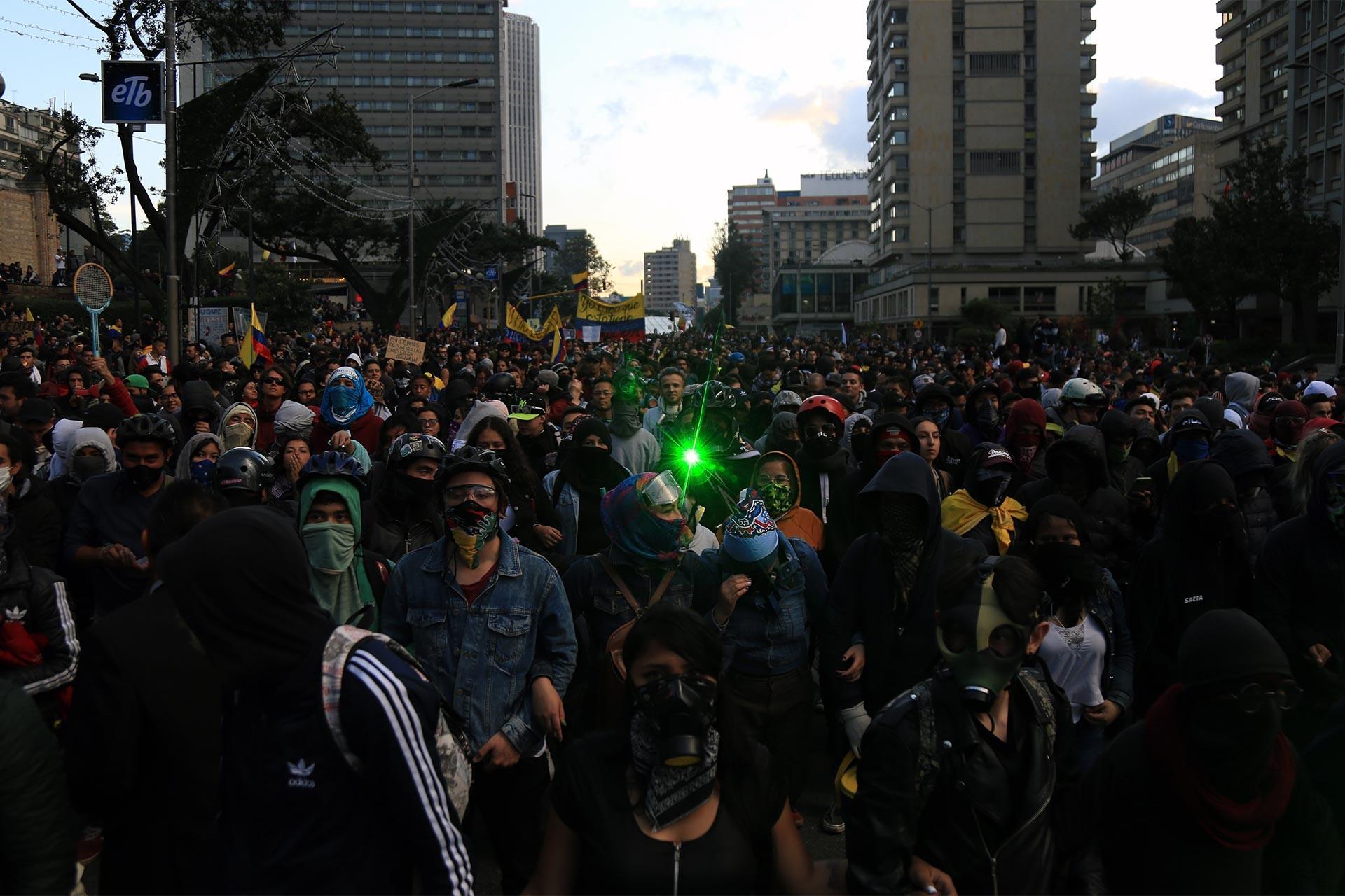 Kolombiya'da hükümeti protesto eden kalabalık kitle yol kapattı