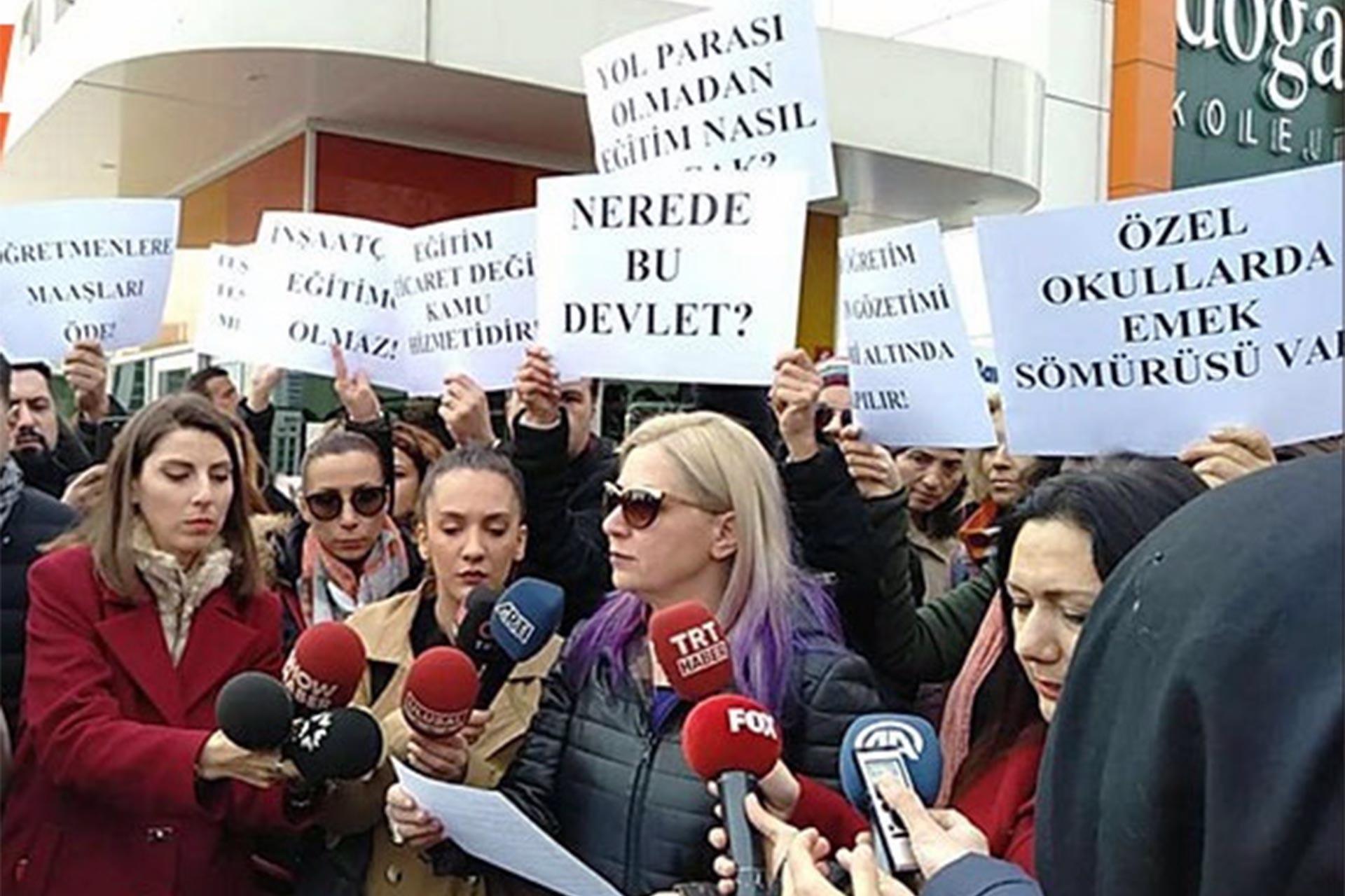Doğa Kolejleri Genel Müdürlüğü binası önünde basın açıklaması yapan veliler