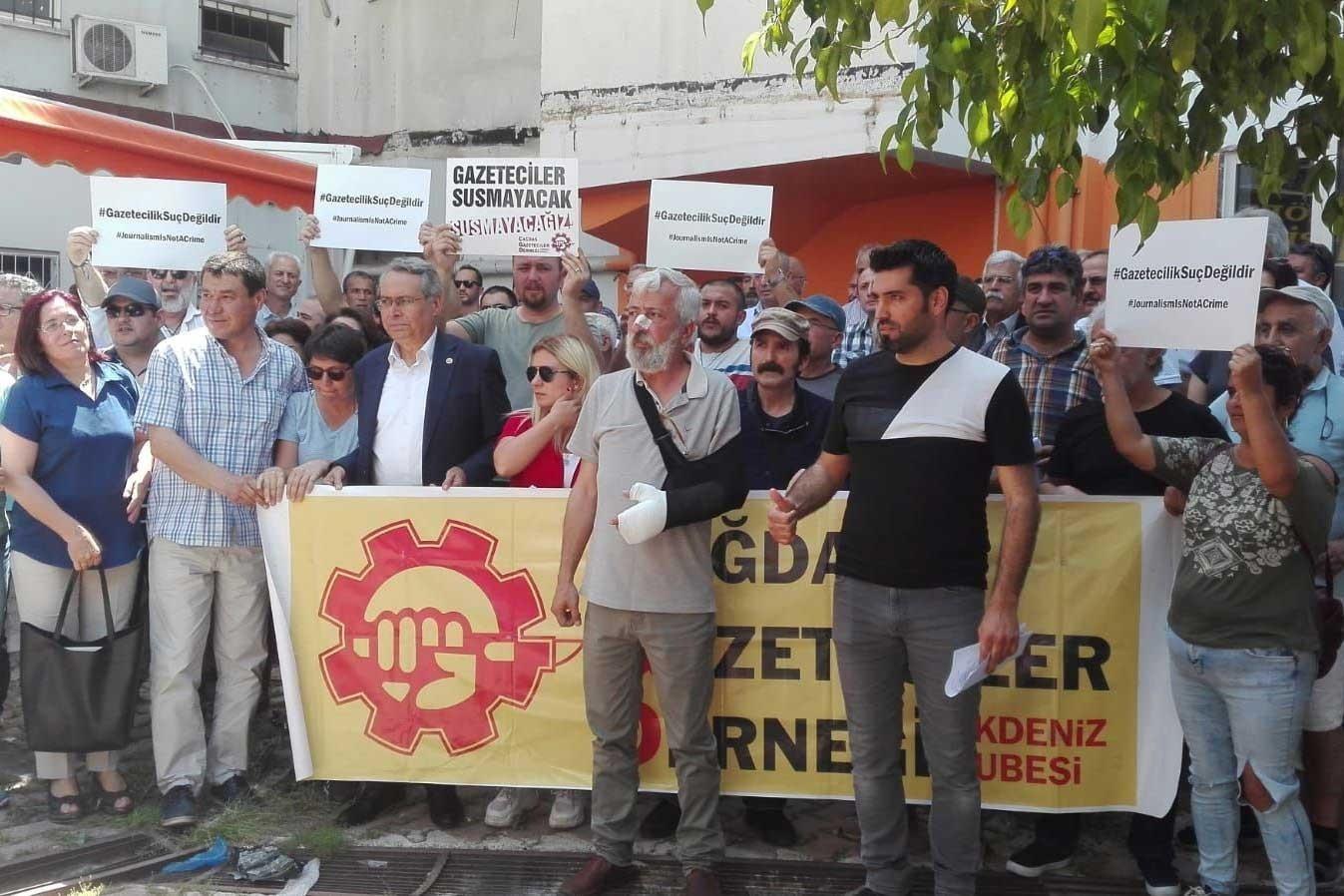 Gazeteci İdris Özyol (önce,ortada) saldırıya uğradıktan sonra yapılan basın açıklaması