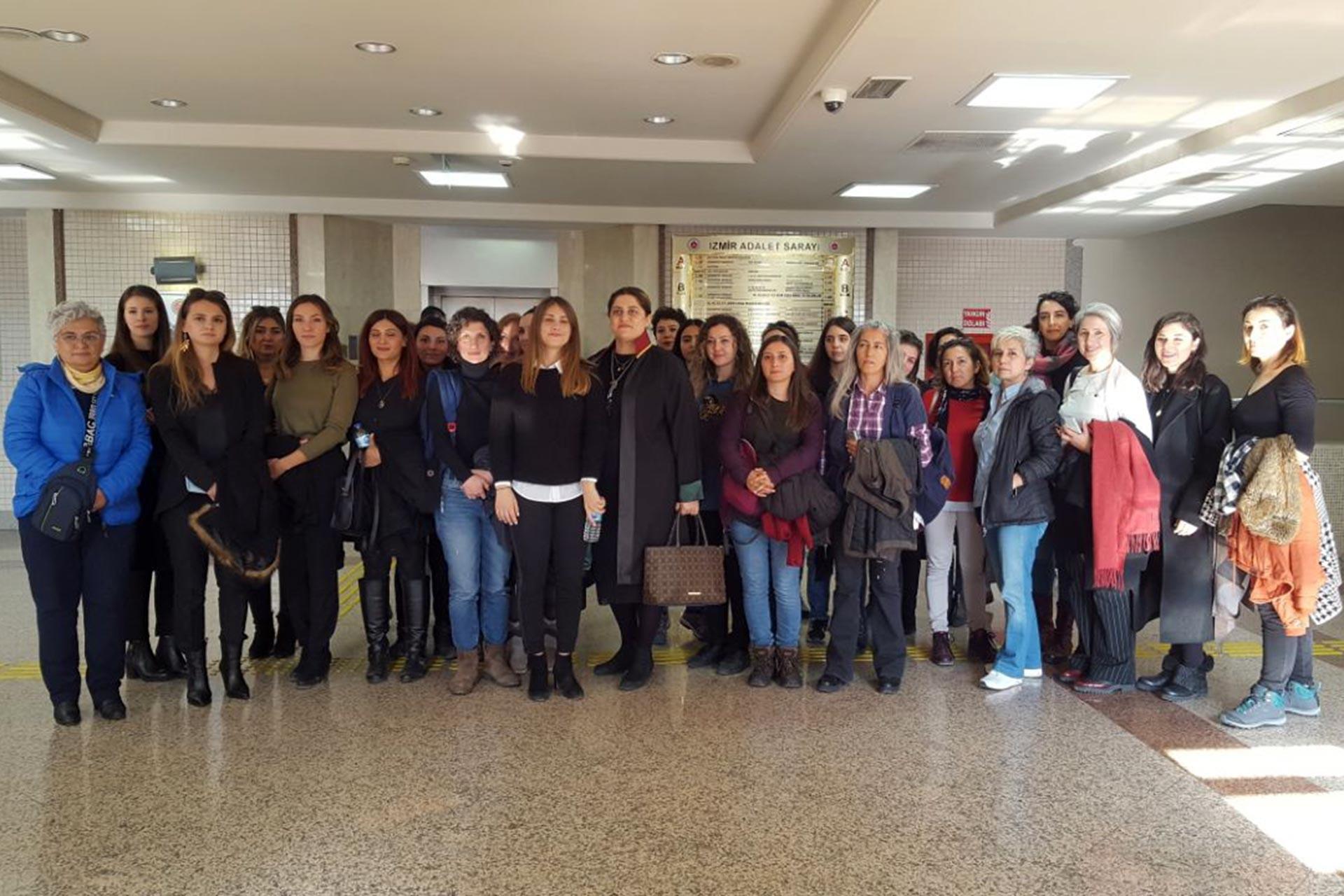 İzmir'de mimarlık ofisinde taciz iddiasına ilişkin davanın ilk duruşmasına birçok kadın örgütü kaltıldı.