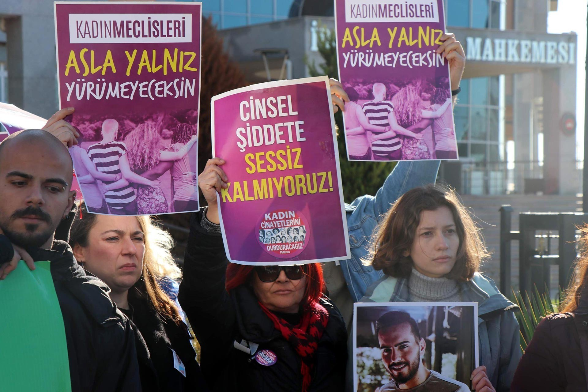 Edirne Adliyesi önünde yapılan açıklama esnasında 'Asla yalnız yürümeyeceksin' ve 'Cinsel şiddete sessiz kalmıyoruz' yazılı dövizleri tutan kadınlar