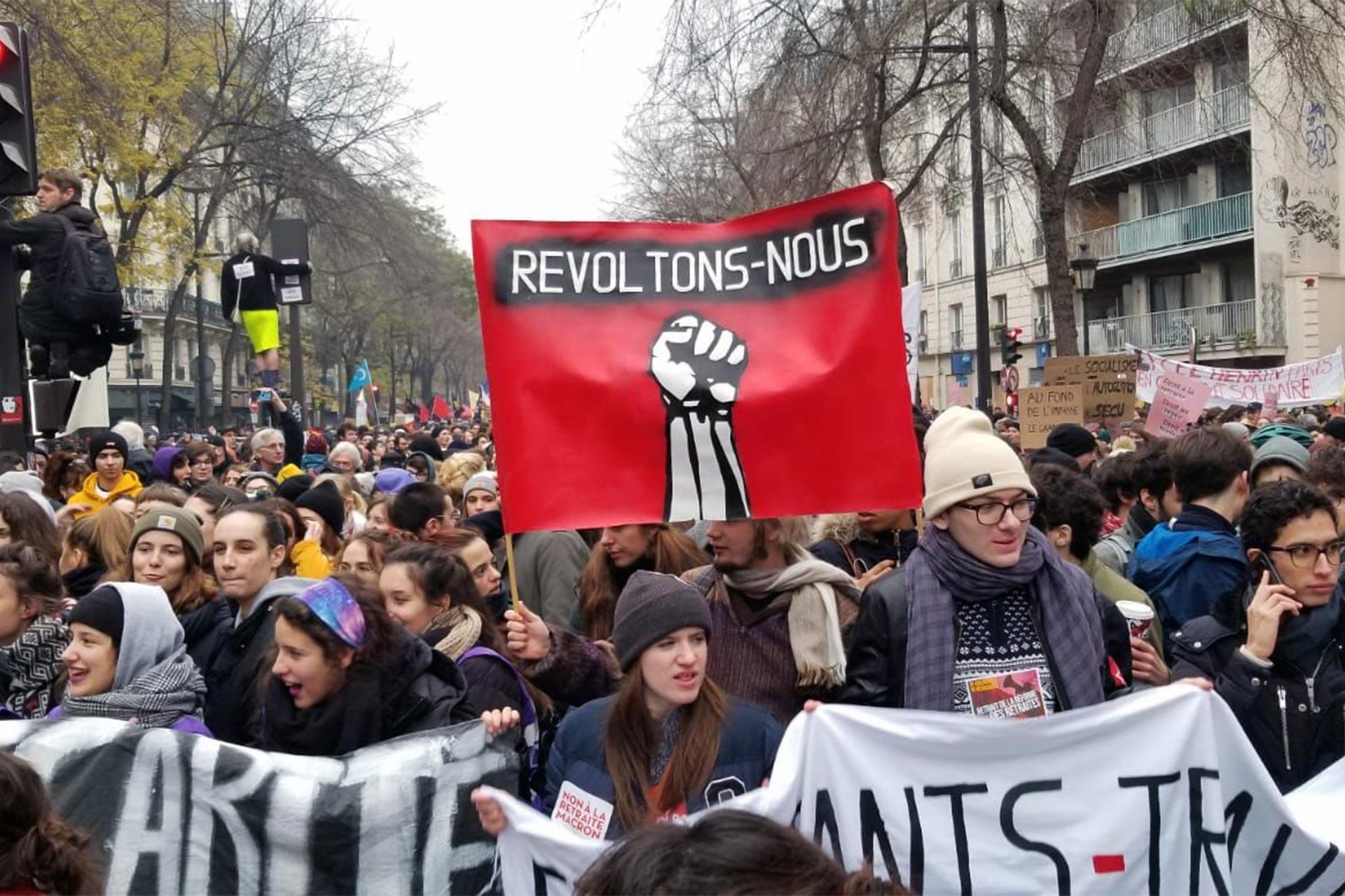 Fransa'da grevle sokağa dökülen gençler