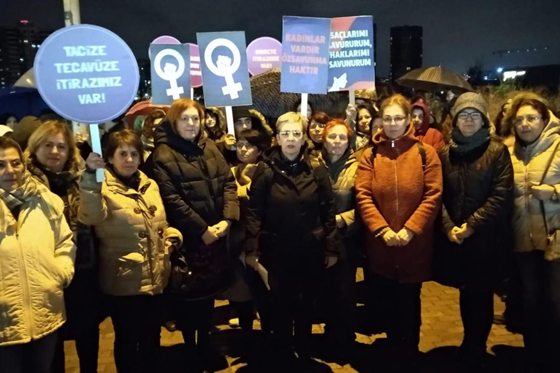 Nilüfer Kent Konseyi üyesi kadınlar basın açıklaması düzenliyor