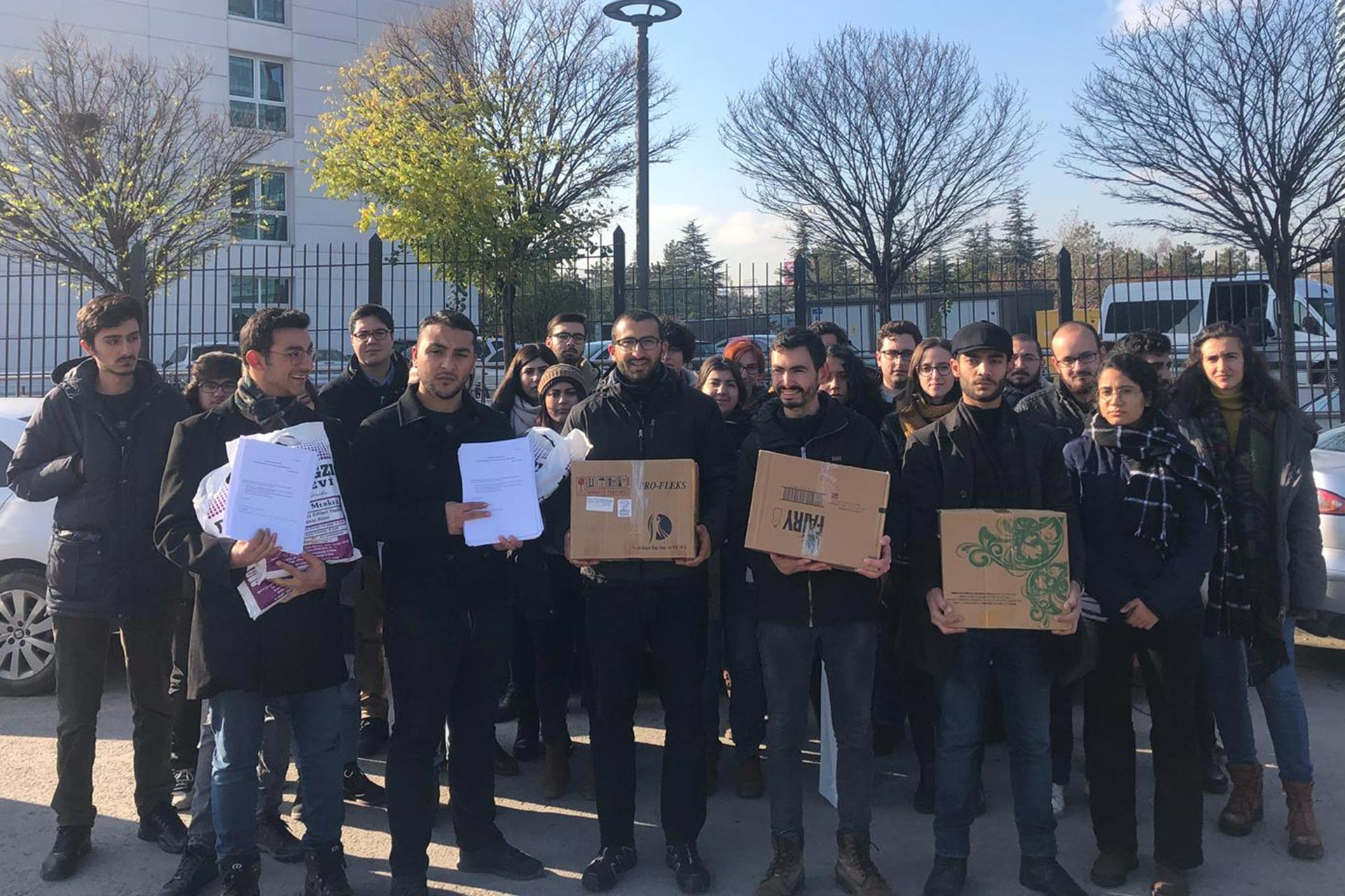 Üniversite öğrencileri, Ankara'da KYK Genel Müdürlüğü binası önünde taleplerini ifade etmek üzere açıklama yaparken