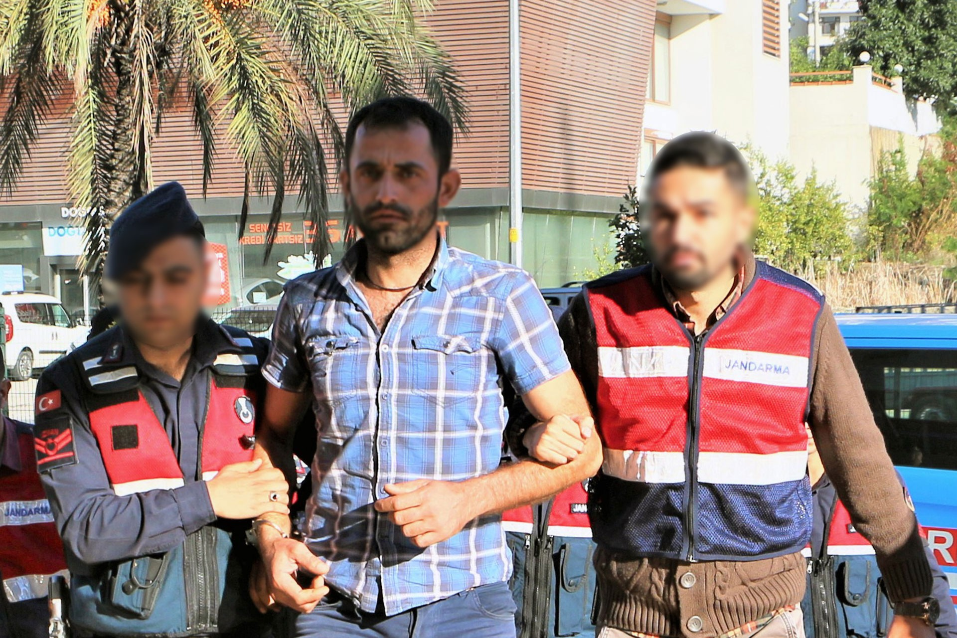 Ayşenur G.'yi intihara zorlayan Selahattin S. (ortada)