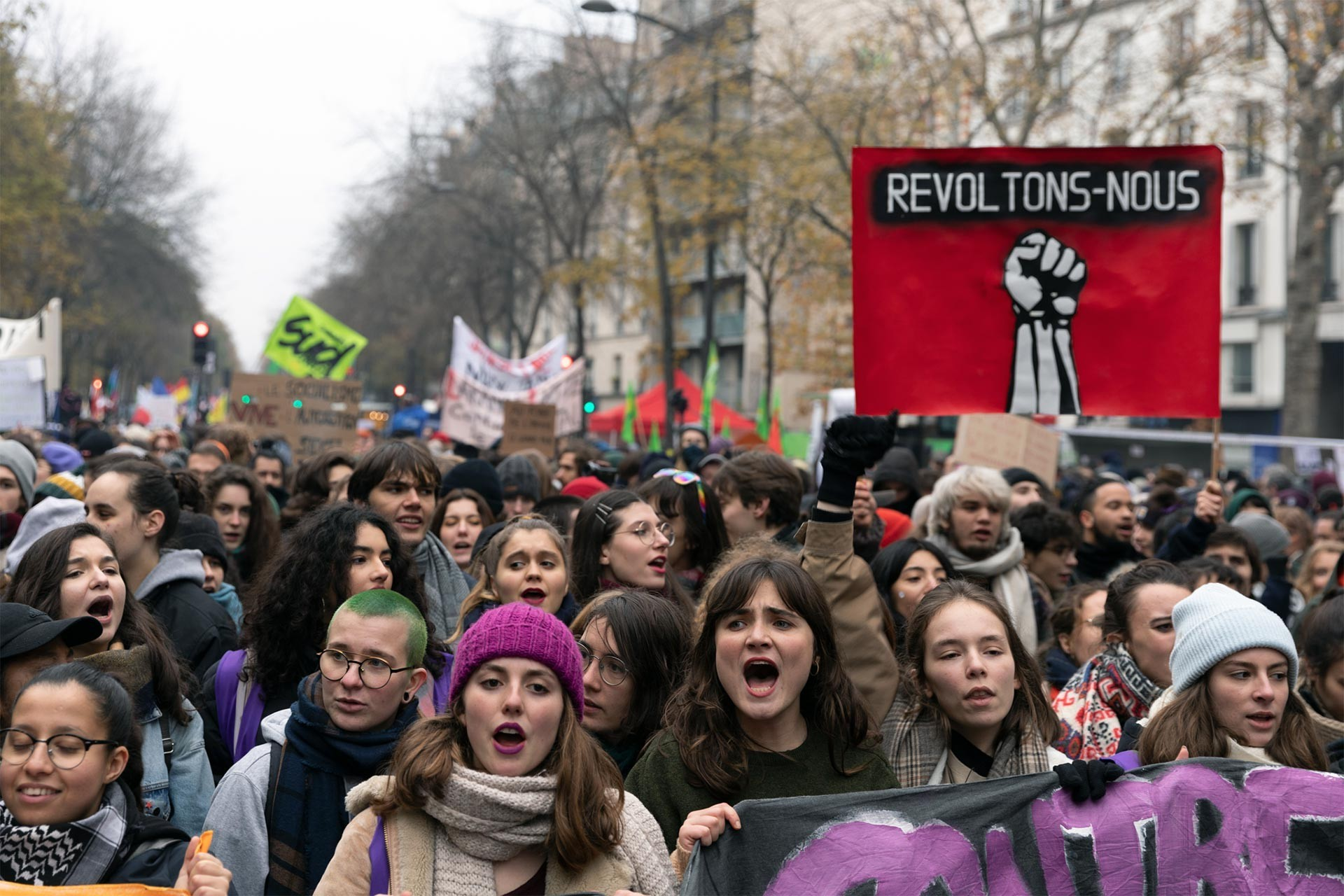 Fransa'da sokağa çıkan gençler ve işçiler
