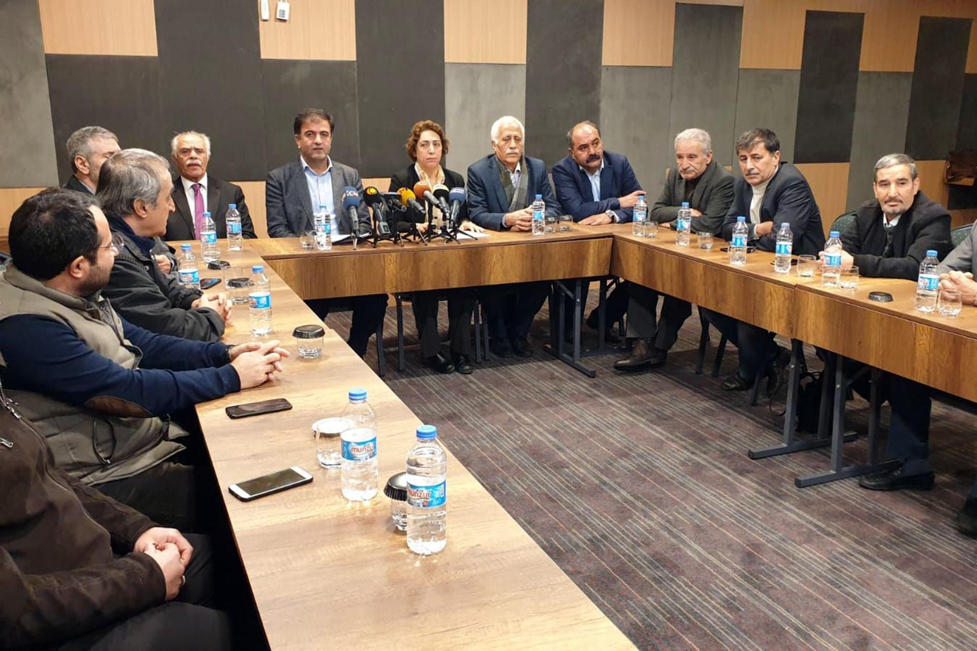 Kürt partilerinin temsilcileri basın toplantısı düzenliyor