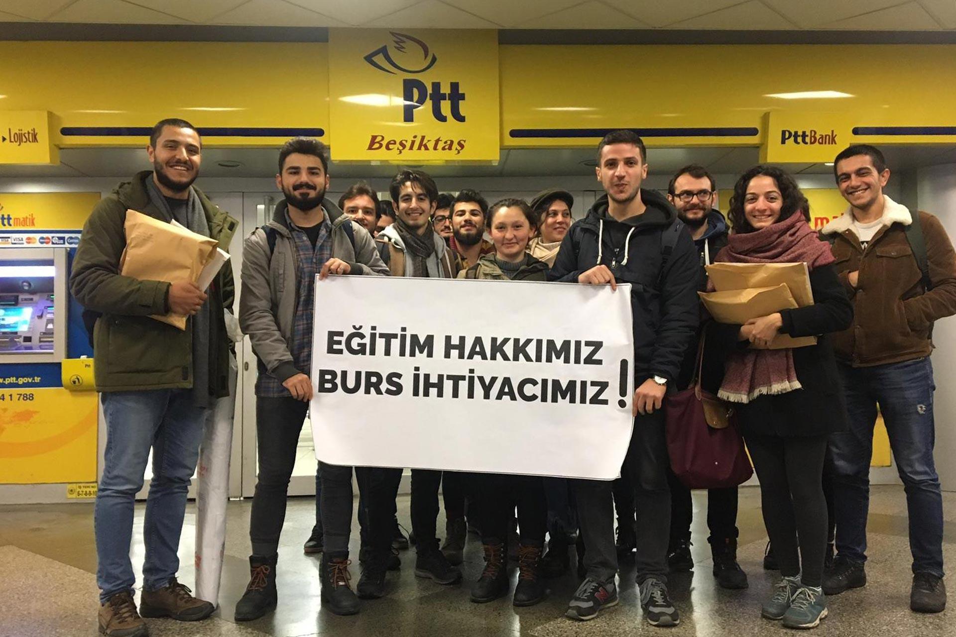 İstanbul Üniversitesi ve İstanbul Teknik Üniversitesi Öğrencileri, dilekçeleri kargolamak için geldikleri PTT şubesinde 'Eğitim hakkımız, burs ihtiyacımız!' pankartı tutarken