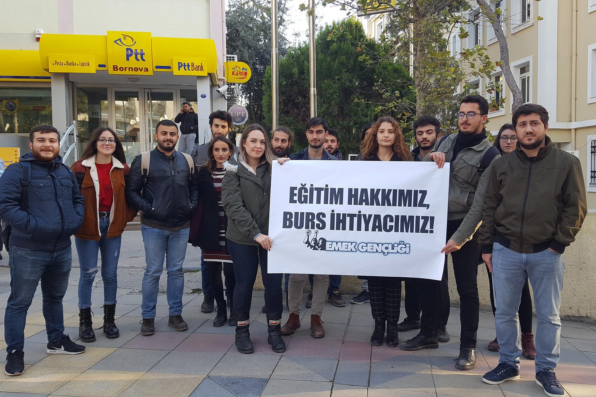 İzmir'de postane önünde 'Eğitim hakkımız, burs ihtiyacımız!' pankartı tutan Emek Gençliği üyeleri