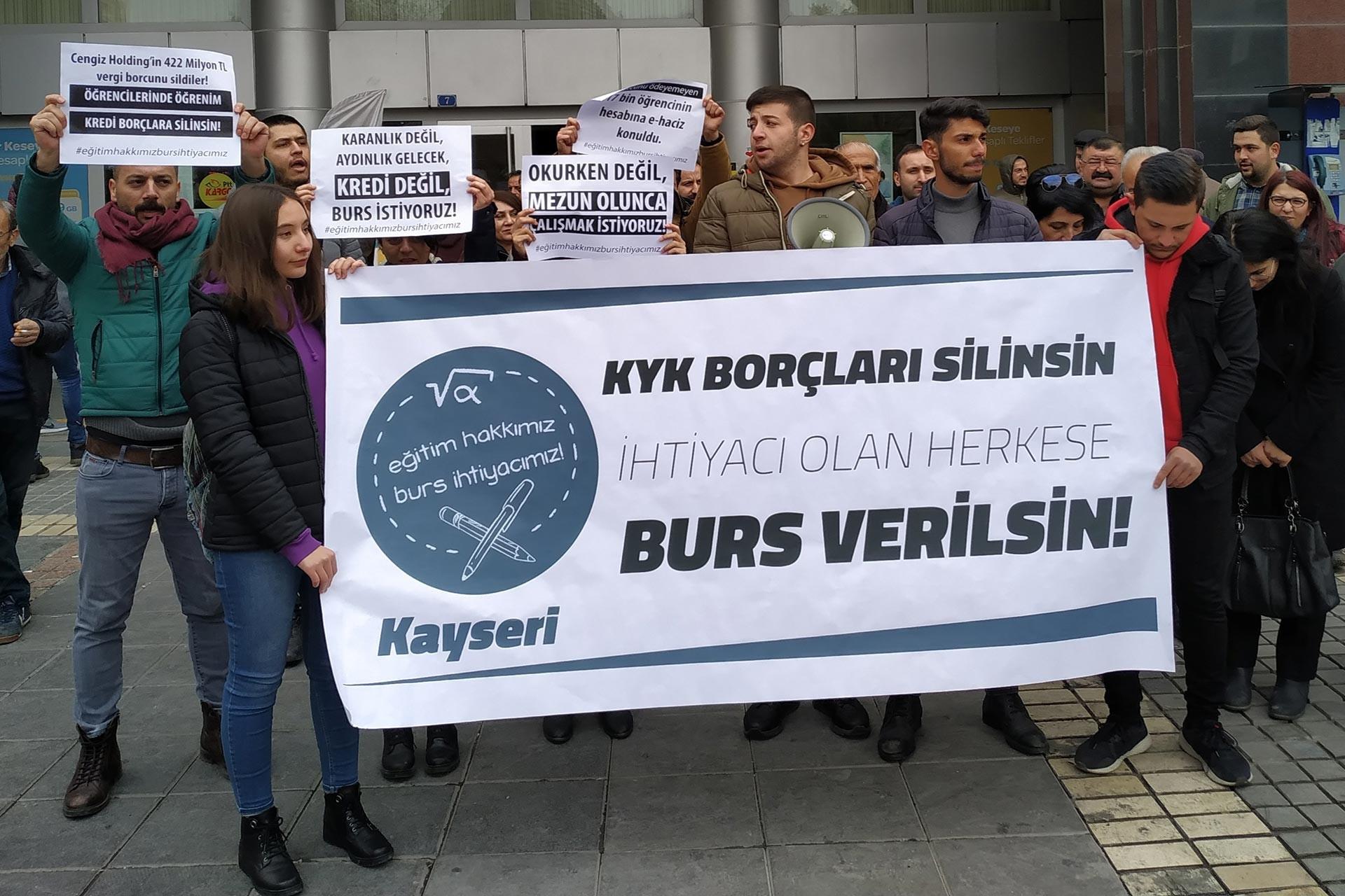 Kayseri'de üniversite öğrencileri 'KYK borçları silinsin, ihtiyacı olan herkese burs verilsin!' pankartının arkasında açıklama yaparken