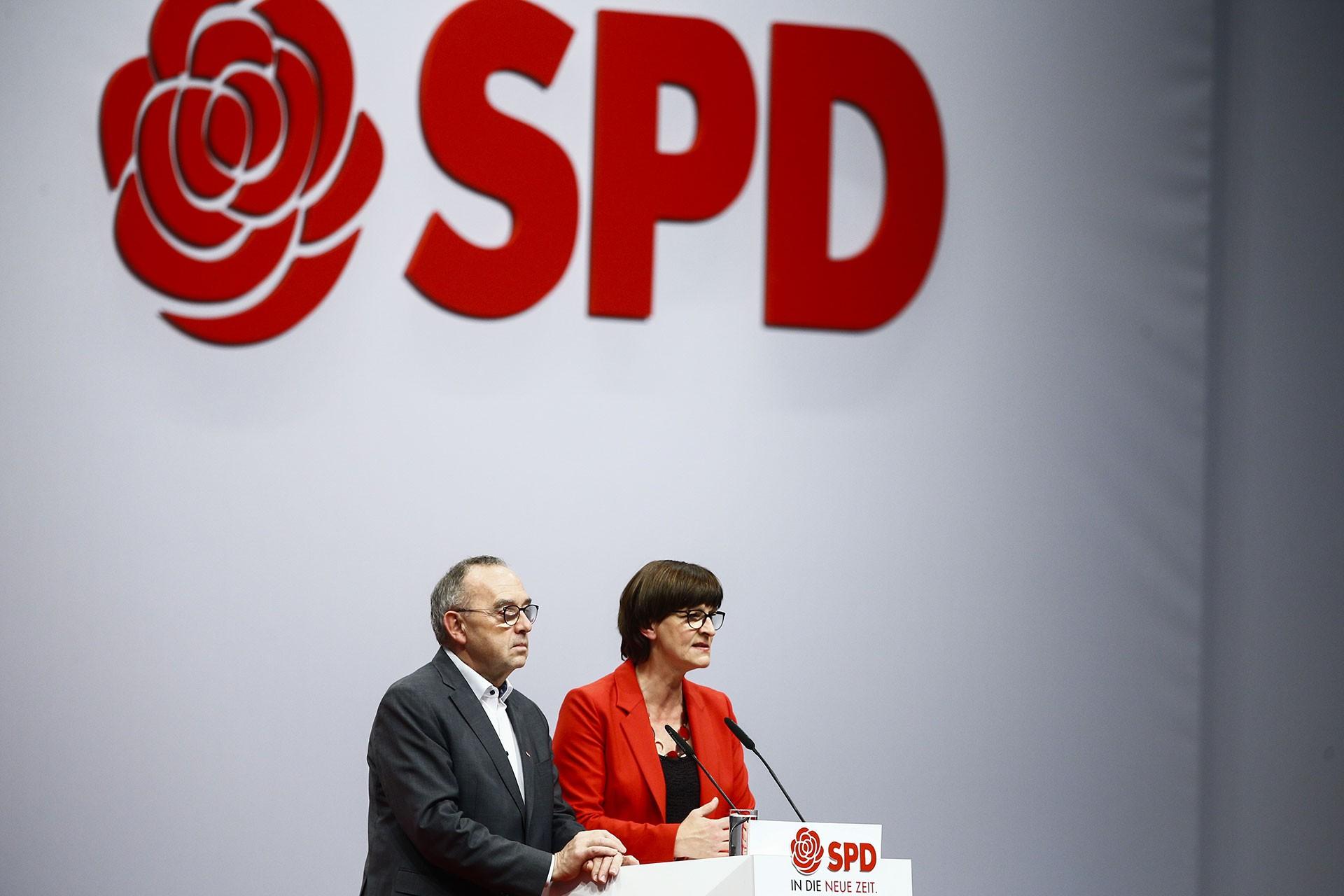 SPD'ye eş genel başkan seçilen Norbert Walter-Borjans ve Saskia Esken.