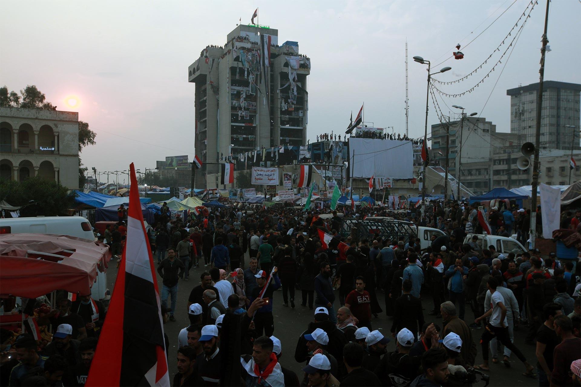 Tahrir Meydanında hükümeti protesto eden Iraklılar