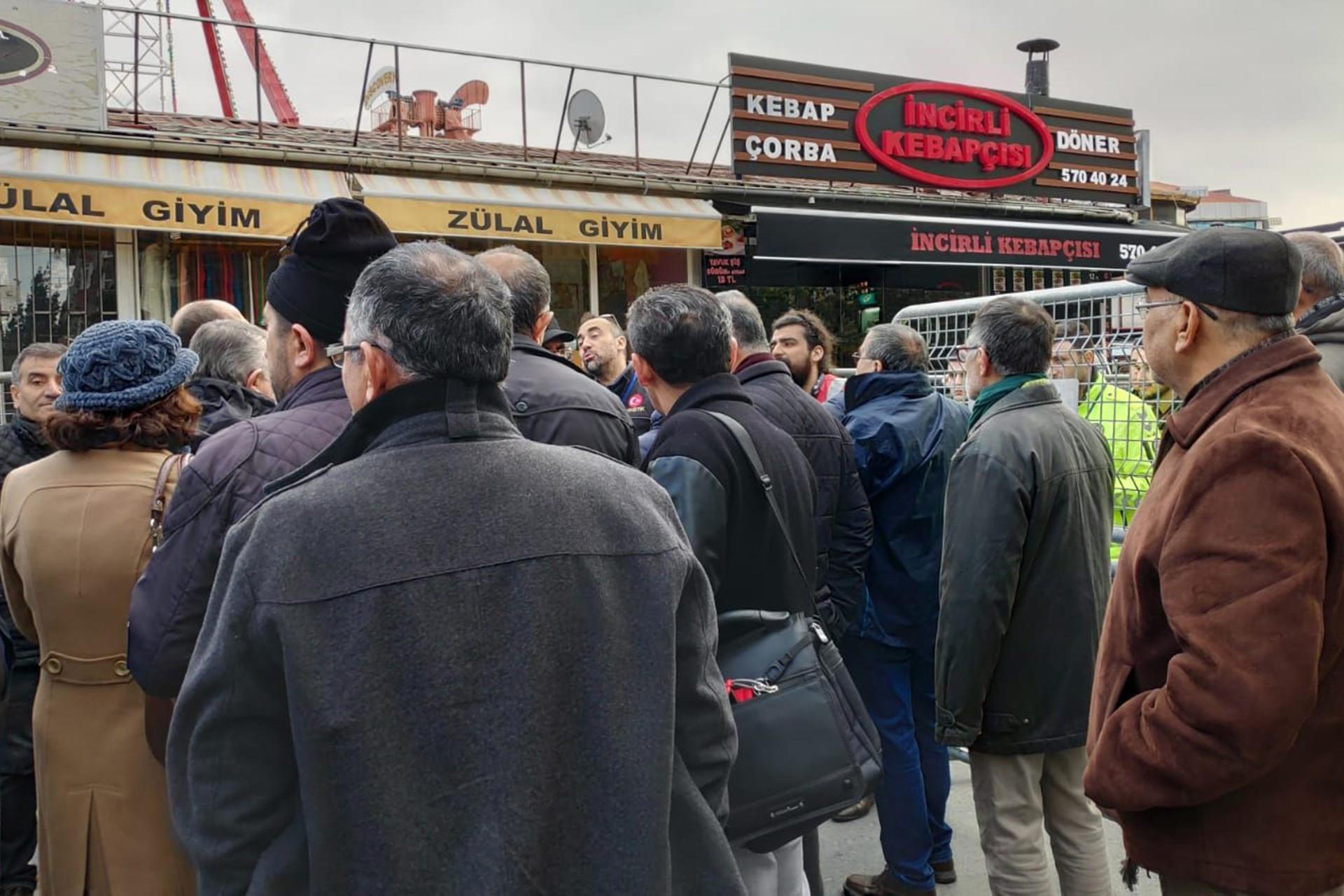 Bakırköy Metro çıkışında polisler girişi engelliyor