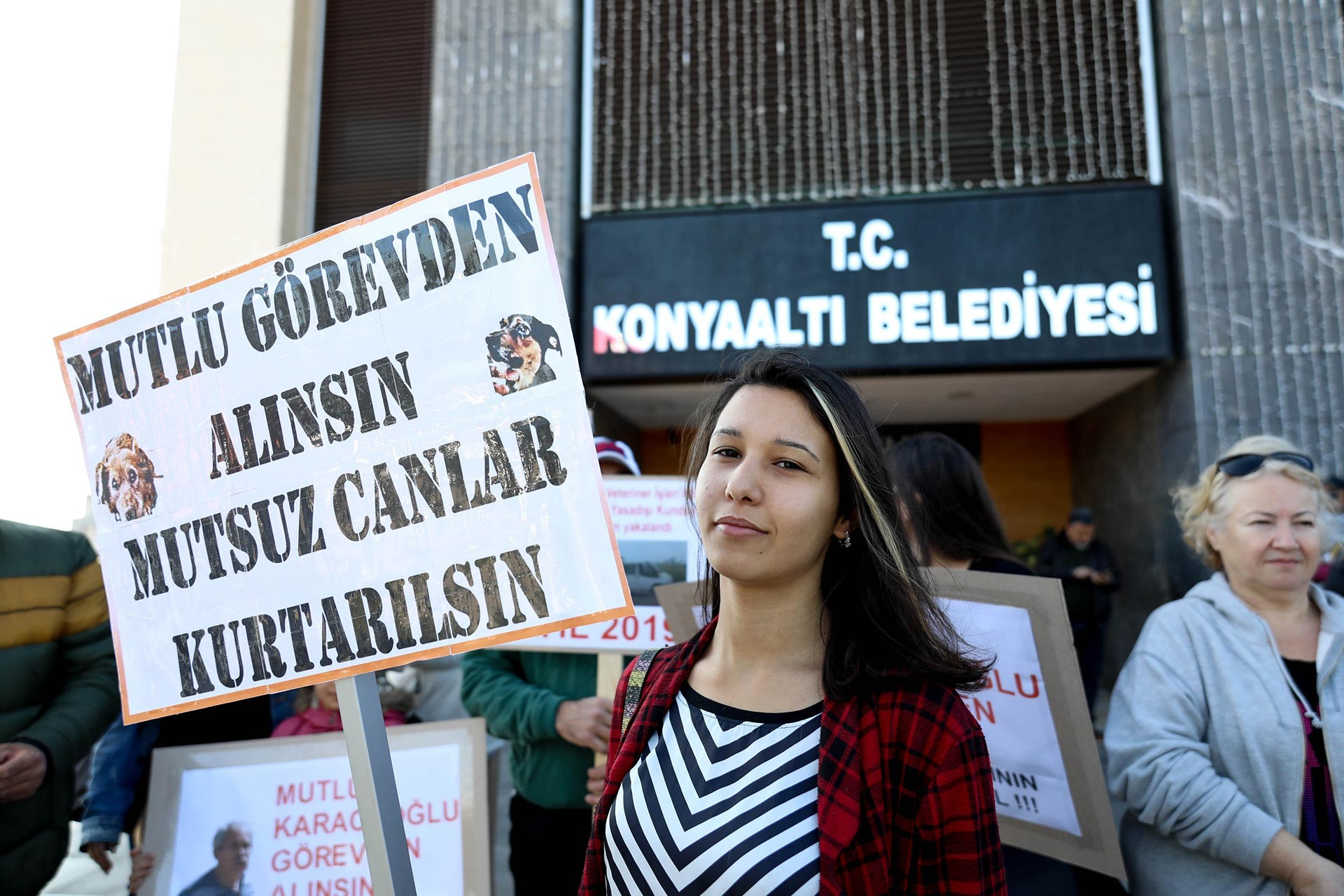 Hayvan hakları savunucuları Konyaaltı Belediyesi binası önünde Mutlu Karacaoğlu'nun görevden alınması talebiyle eylem yaparken