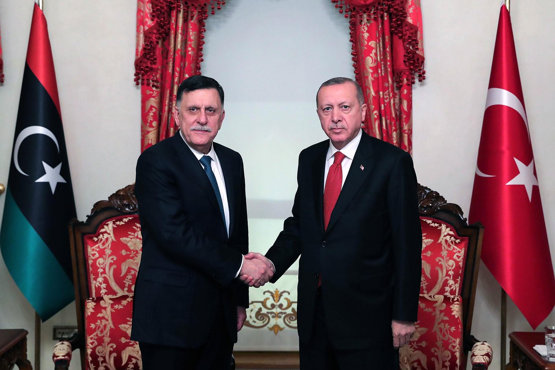 Cumhurbaşkanı Erdoğan (sağda) ile Libya'daki Ulusal Mutabakat Hükümeti Başkanı Fayiz es Sarrac (solda)