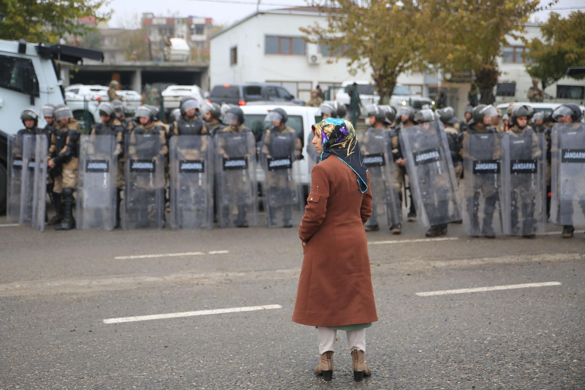 Hatice Taş, jandarma barikatı önünde direnirken.