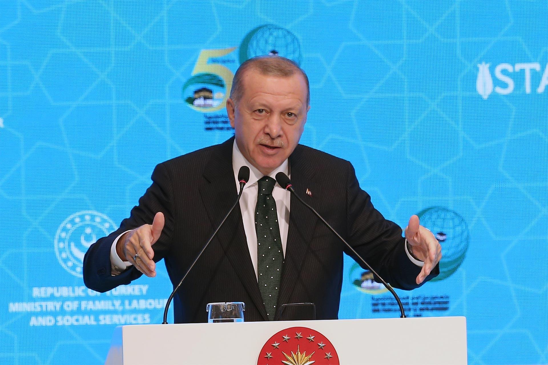 Tayyip Erdoğan kürsüde konuşuyor