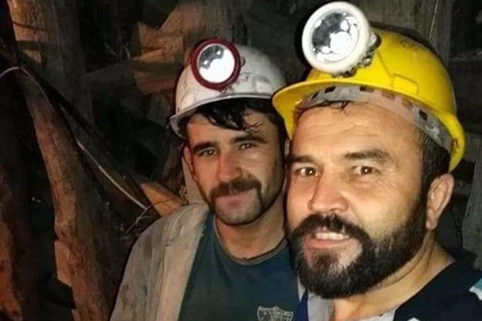 İki maden işçisi yer altında fotoğraf çekilirken