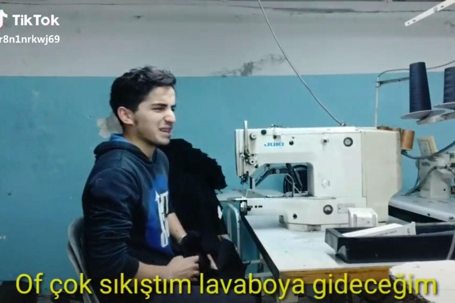 Dikiş makinesinin başında Suriyeli mülteci genç işçi.