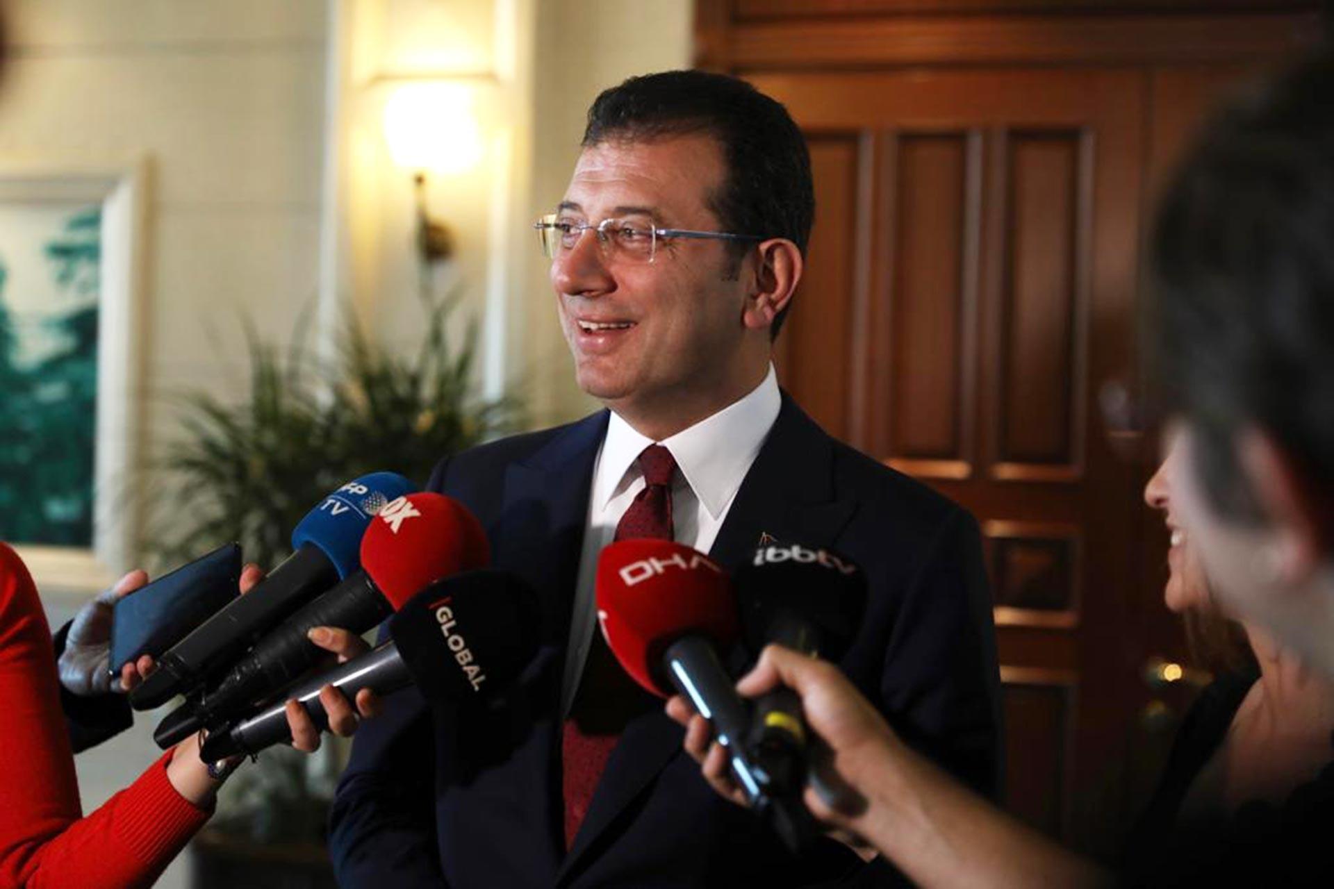 İBB Başkanı Ekrem İmamoğlu, gazetecilerin sorularını yanıtlarken